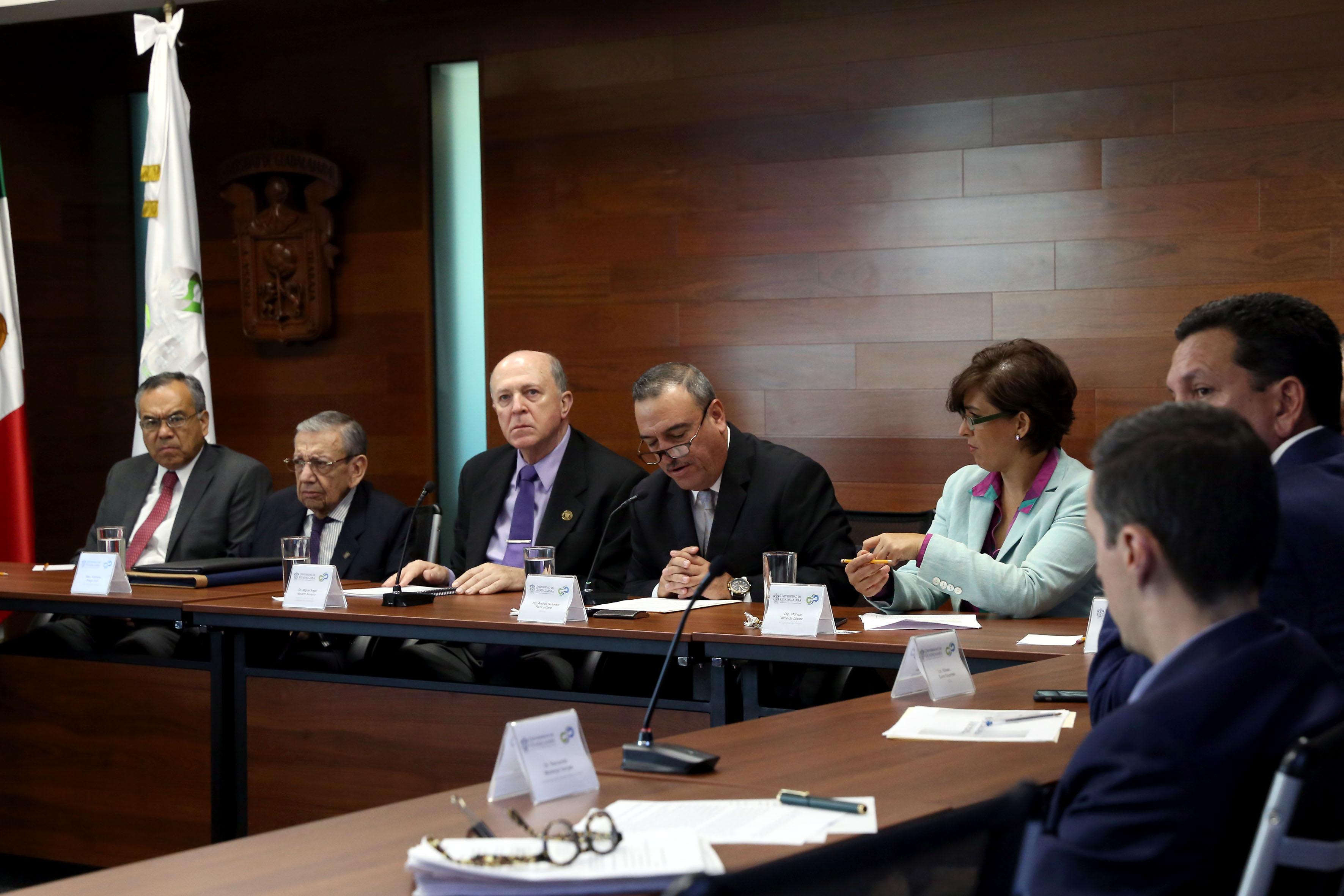Autoridades representantes de la Universidad de Guadalajara y del Consejo Económico y Social para el Desarrollo y Competitividad del Estado de Jalisco (Cesjal), participando en conferencia magistral.