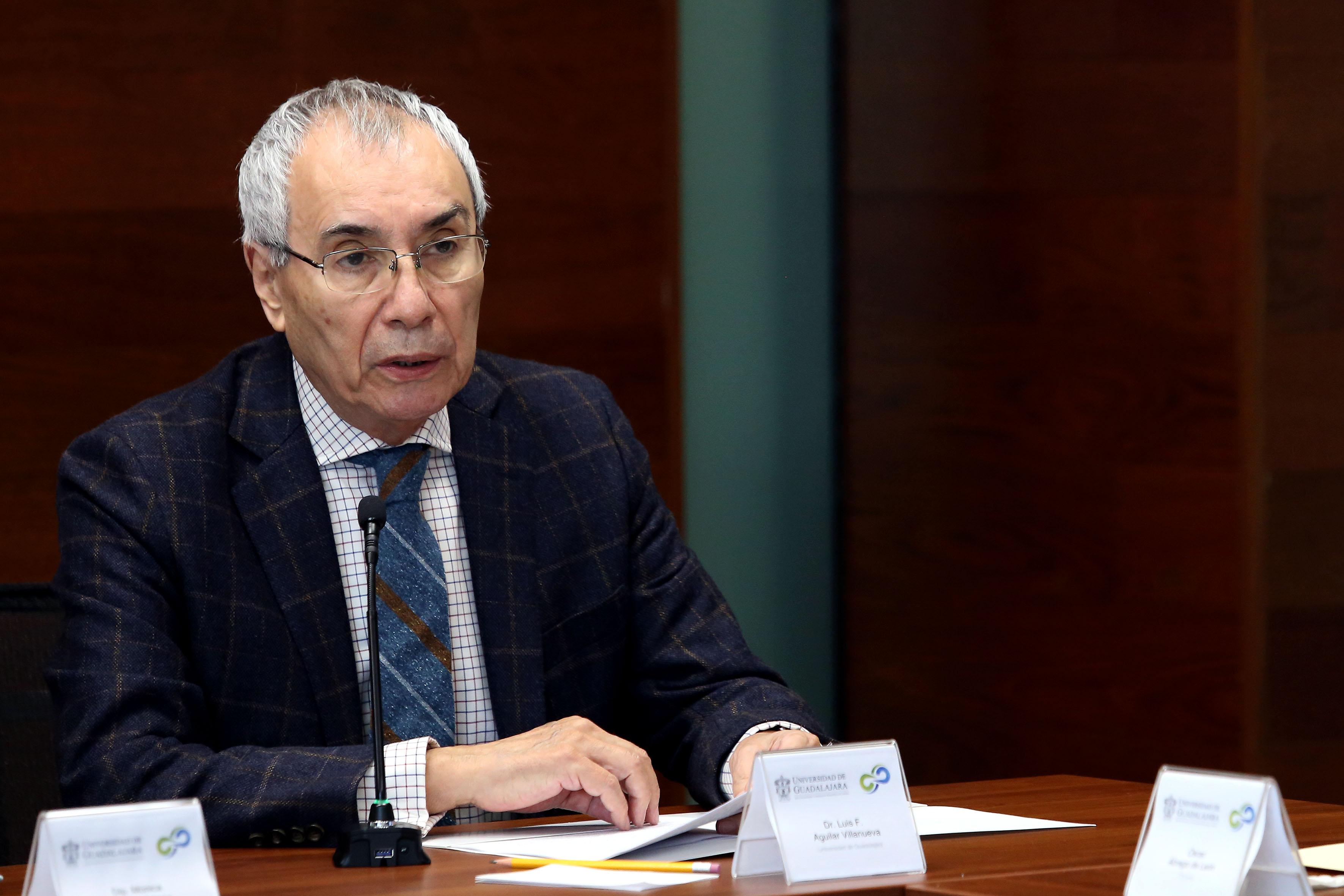 Doctor Luis Aguilar Villanueva, director del Instituto de Investigación en Políticas Públicas y Gobierno de la Universidad de Guadalajara, impartiendo conferencia magistral.
