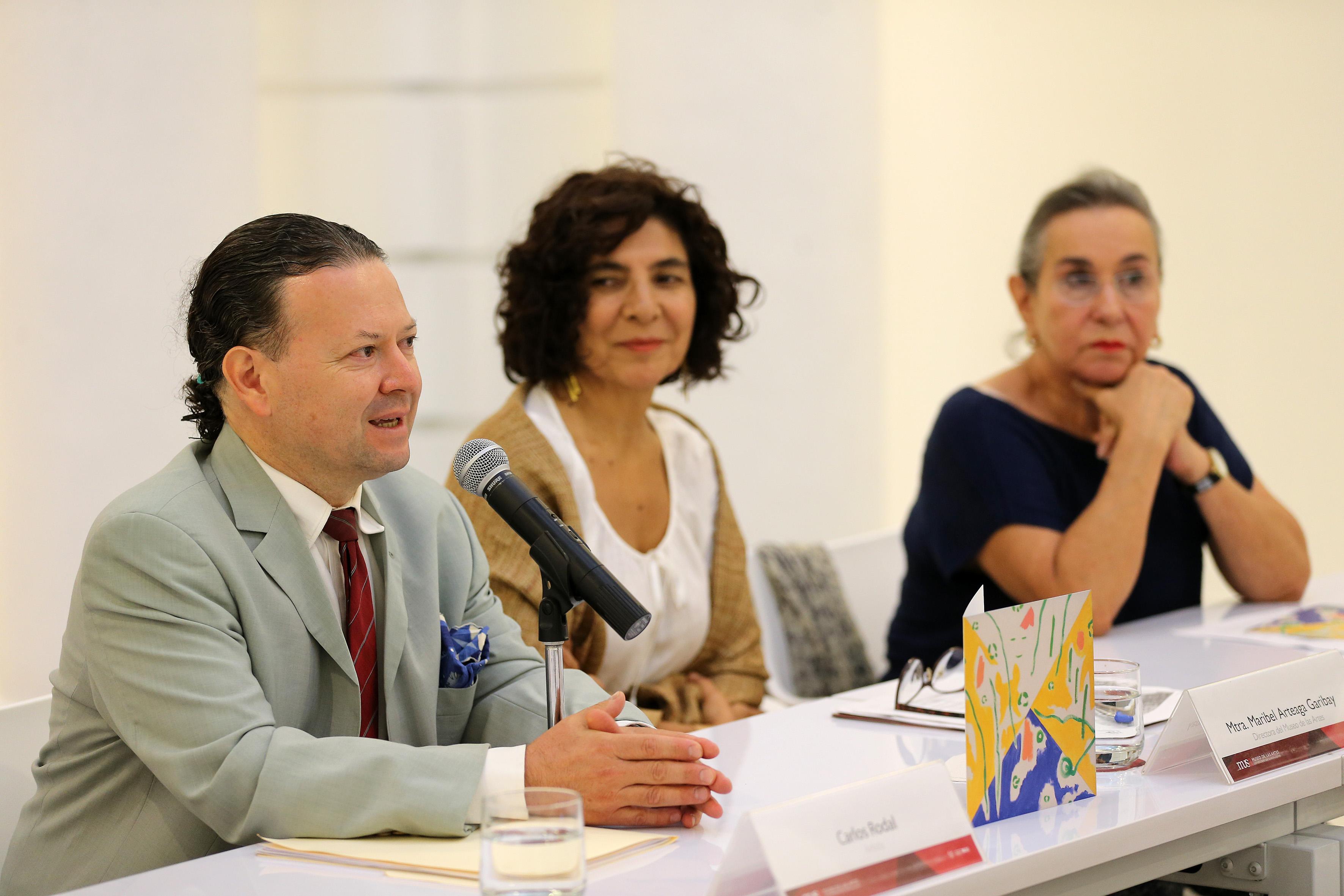 """Inauguración de la Exposición """"Regiones luminosas"""" abierta en el MUSA"""