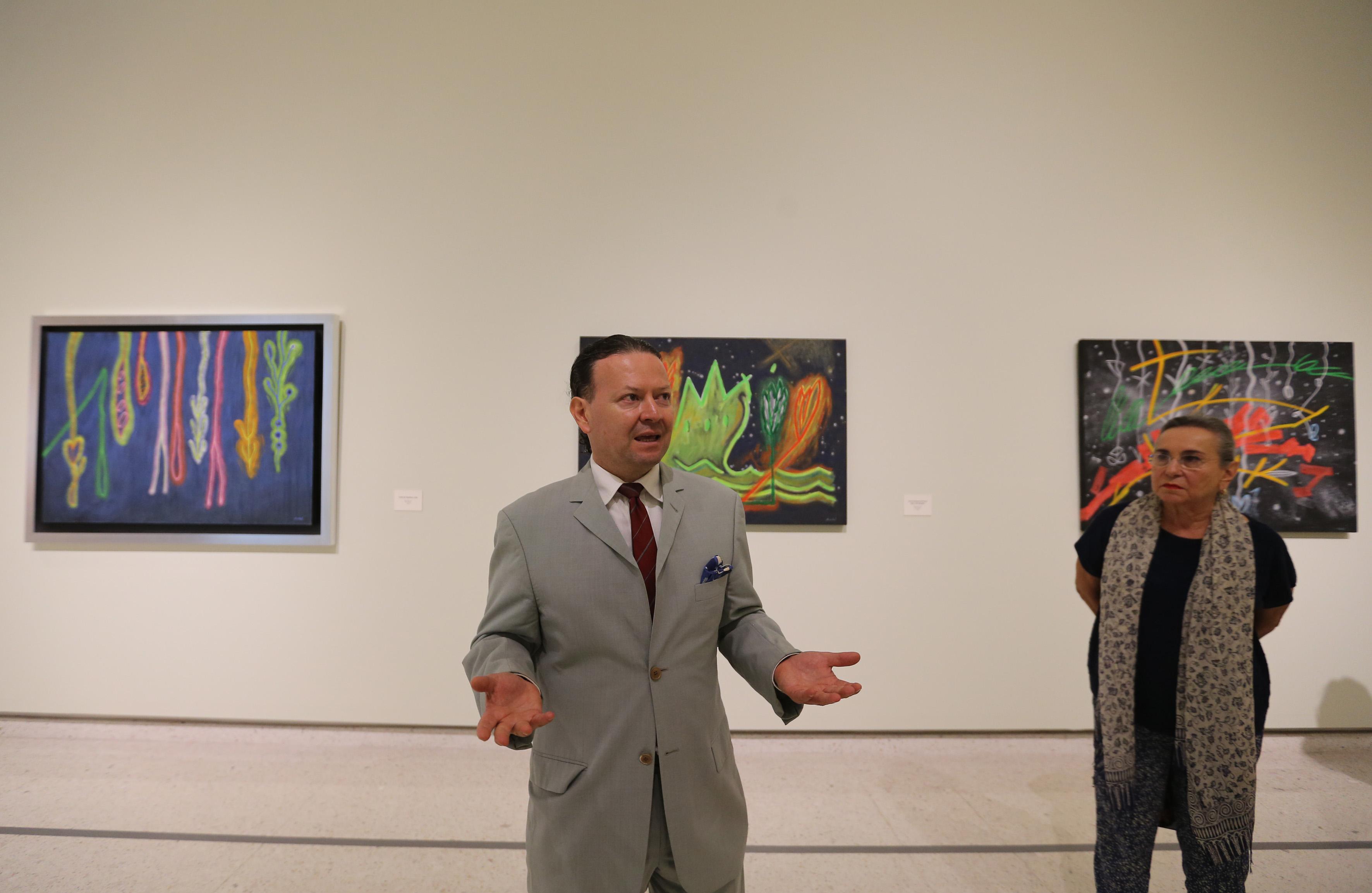 Pintor, escultor y arquitecto tapatío Carlos Roda haciendo uso de la palabra