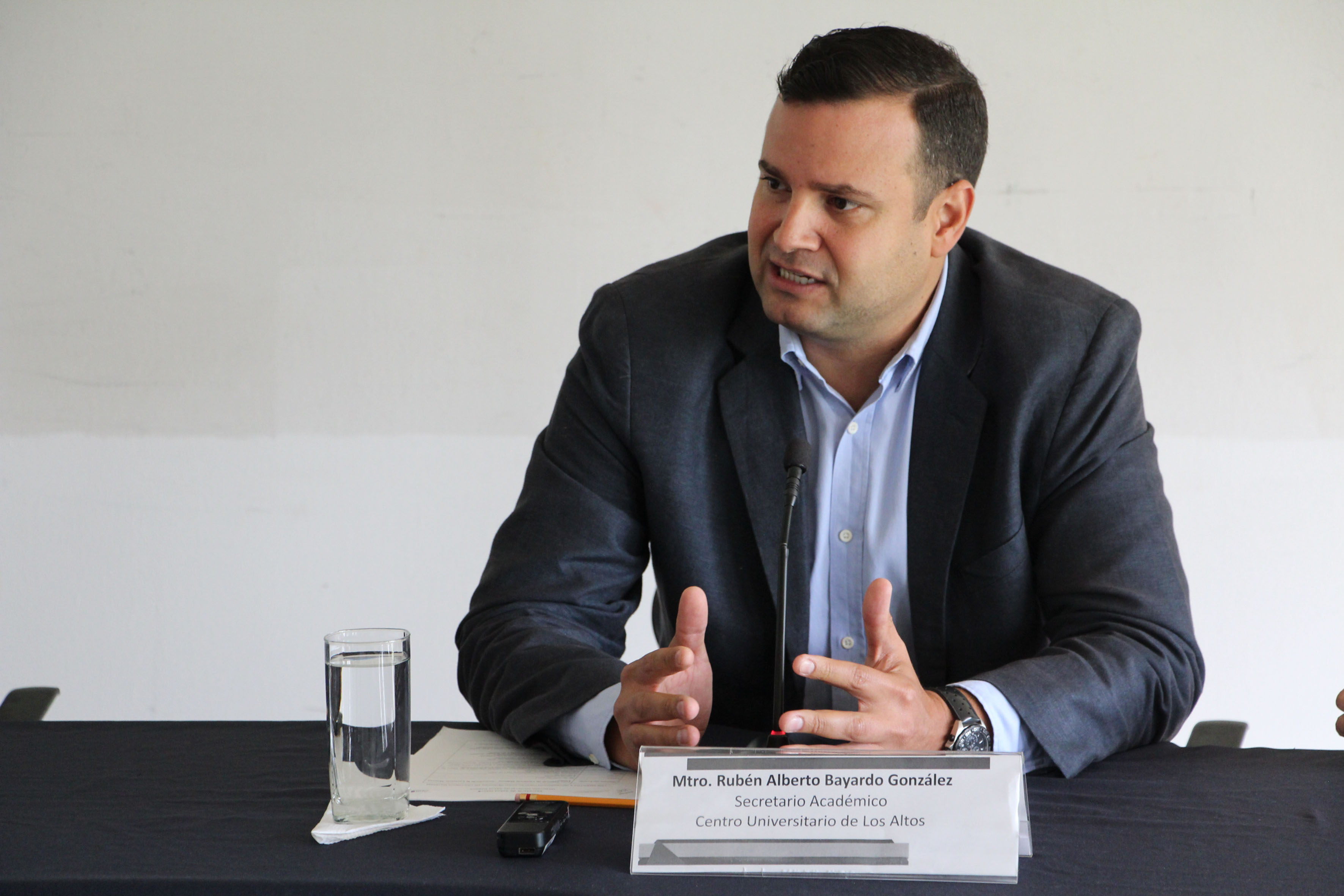 Mtro. Ruben Alberto Bayardo Gonzalez participando en rueda de prensa haciendo uso de la palabra
