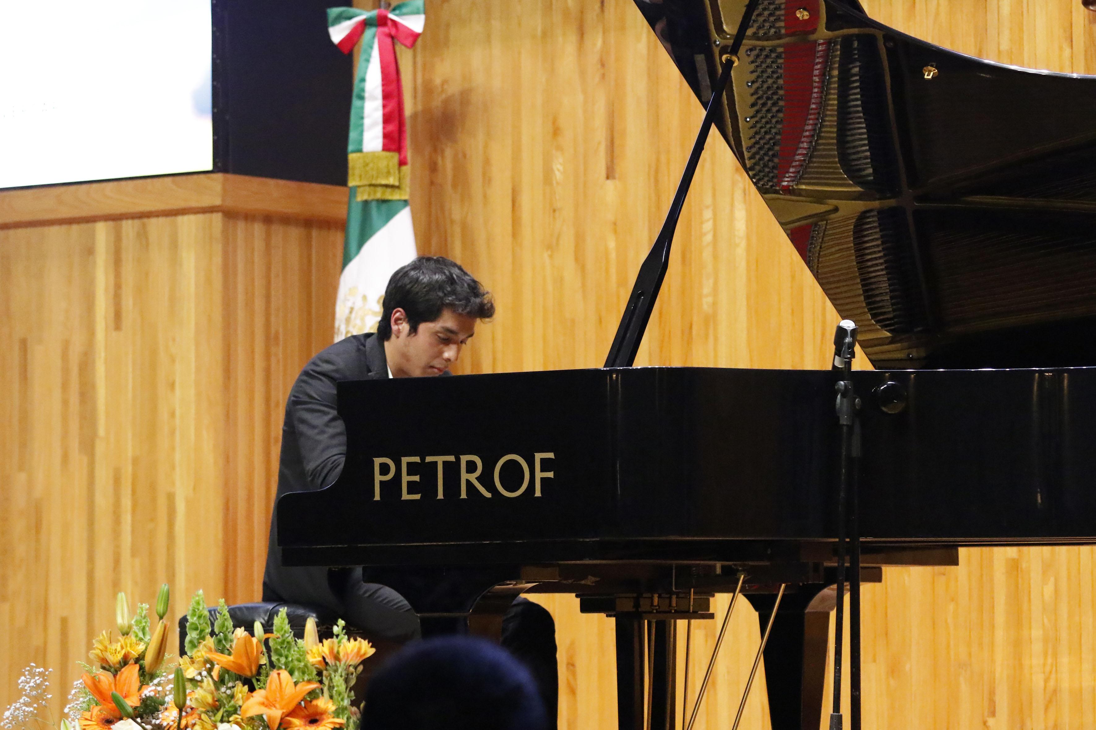 Jorge Helir Hernández López, joven acreedor al primer lugar del Concurso Nacional de Piano, tocando recital durante la ceremonia de premiación.