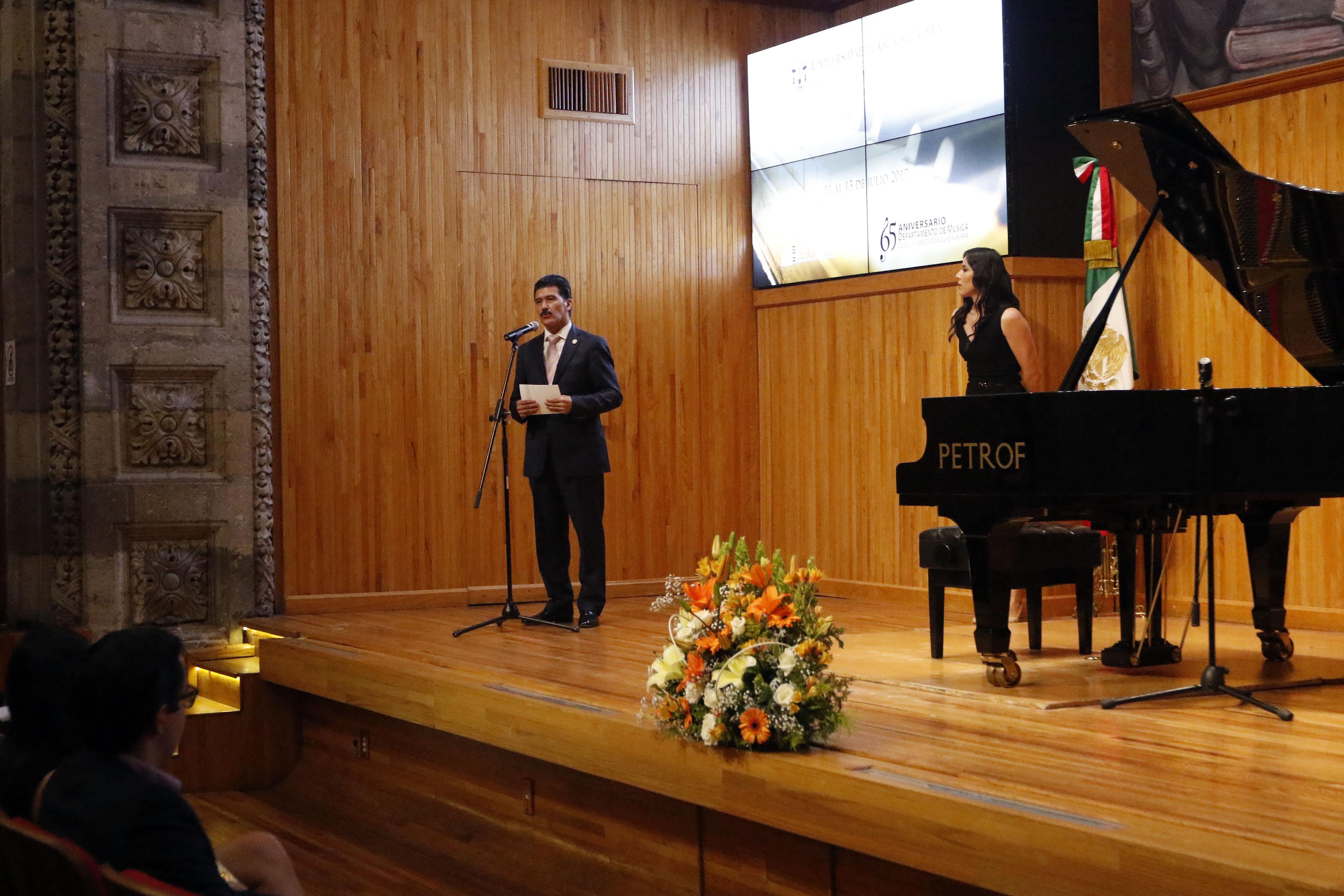 Maestro Ernesto Flores Gallo, rector del Centro Universitario de Arte, Arquitectura y Diseño (CUAAD), participando en la ceremonia de premiación, realizada en el paraninfo Enrique Díaz de León de la Universidad de Guadalajara.