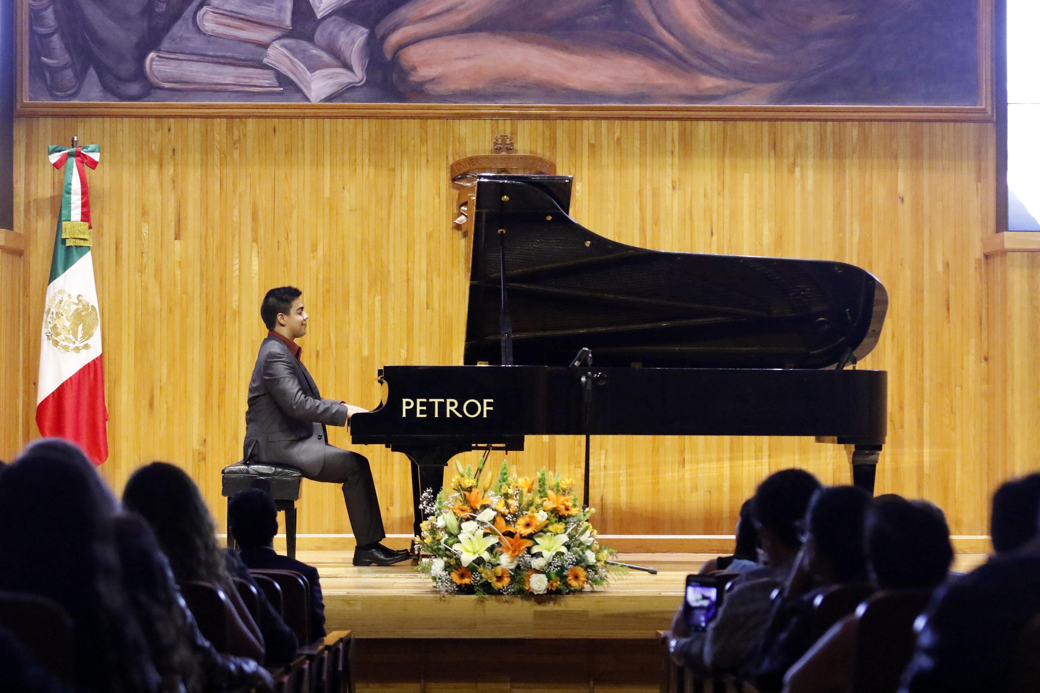 Cristian Rachid Bernal Castillo, tocando recital durante la ceremonia de premiación, con sede en el paraninfo Enrique Díaz de León, de la Universidad de Guadalajara.