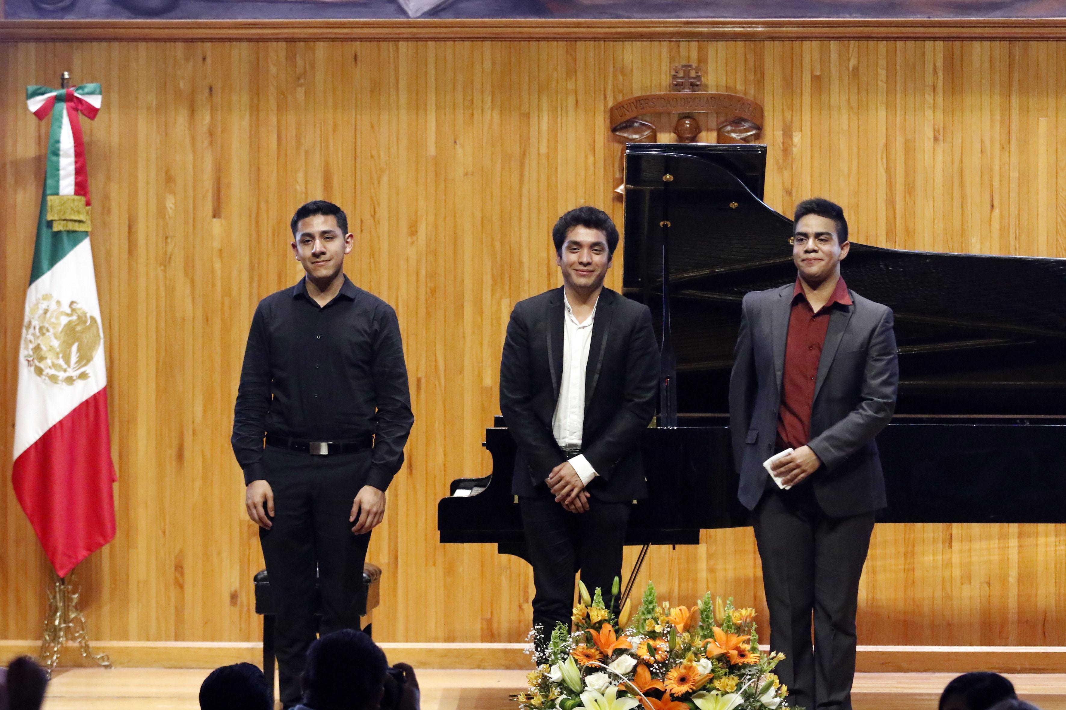Jóvenes ganadores del segundo Concurso Nacional de Piano, de la Universidad de Guadalajara, participando en la ceremonia de premiación y recibiendo ovaciones por parte de los asistentes.