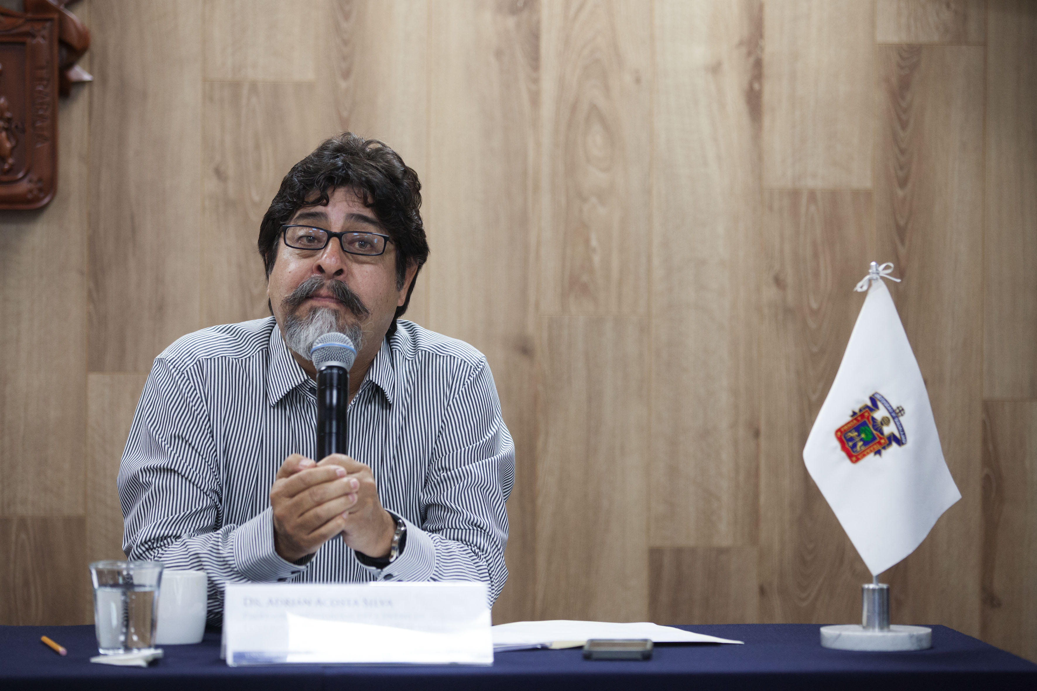 Doctor Adrián Acosta Silva, profesor investigador del Centro de Estudios Estratégicos para el Desarrollo (CEED) del Centro Universitario de Ciencias Sociales y Humanidades (CUCSH), participando en rueda de prensa.