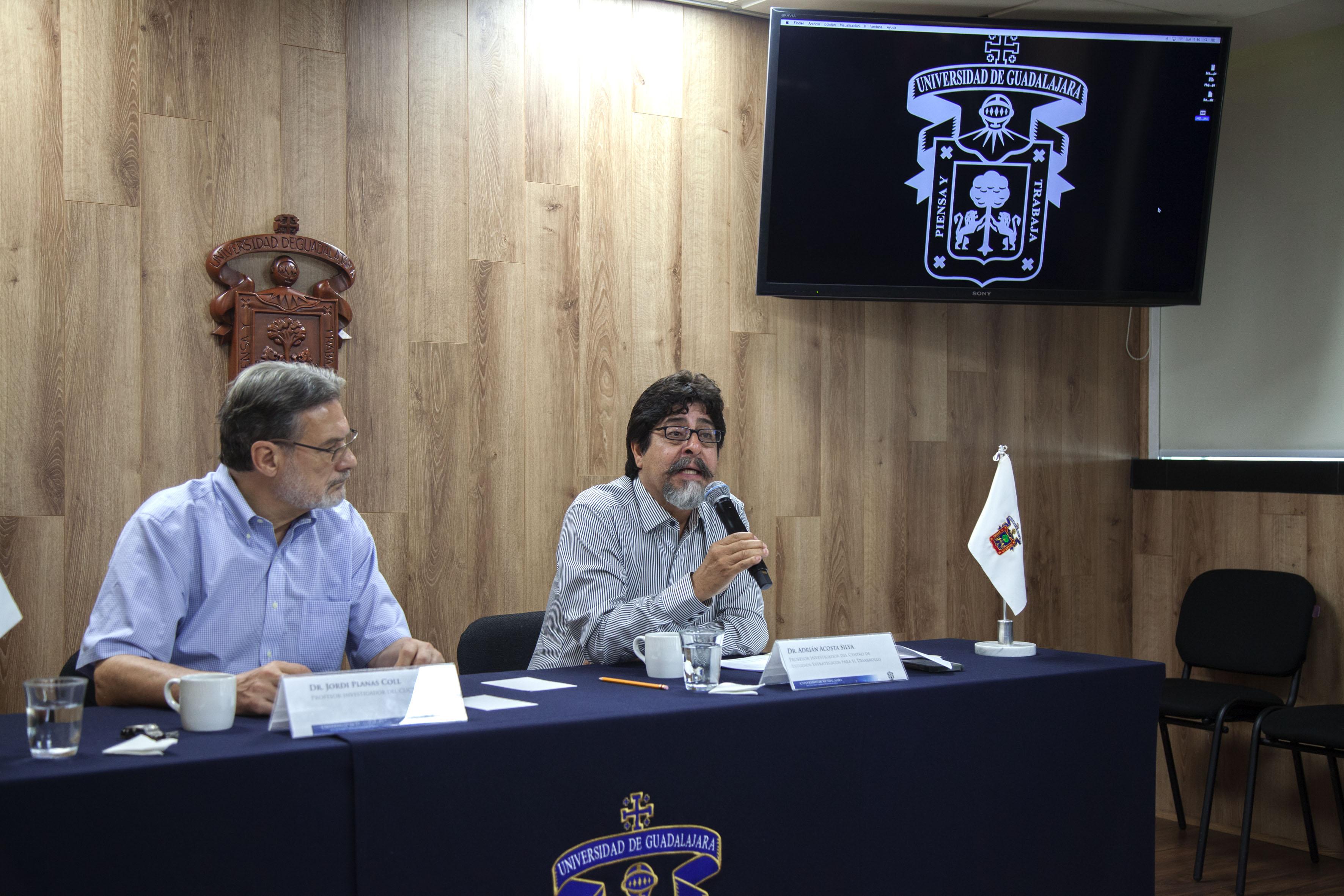 Doctor Adrián Acosta Silva, profesor investigador del Centro de Estudios Estratégicos para el Desarrollo (CEED), con micrófono en mano, haciendo uso de la voz.