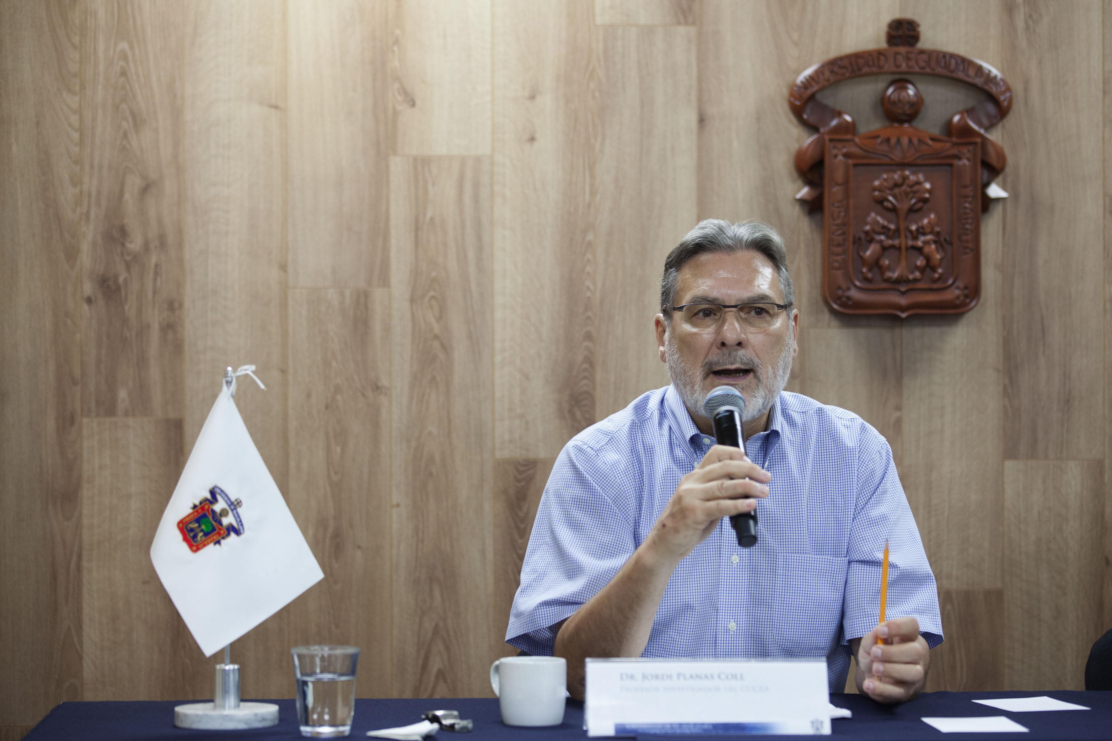 Doctor Jordi Plans Coll, profesor e investigador del Centro Universitario de Ciencias Económico Administrativas (CUCEA) de la Universidad de Guadalajara,  haciendo uso de la palabra.