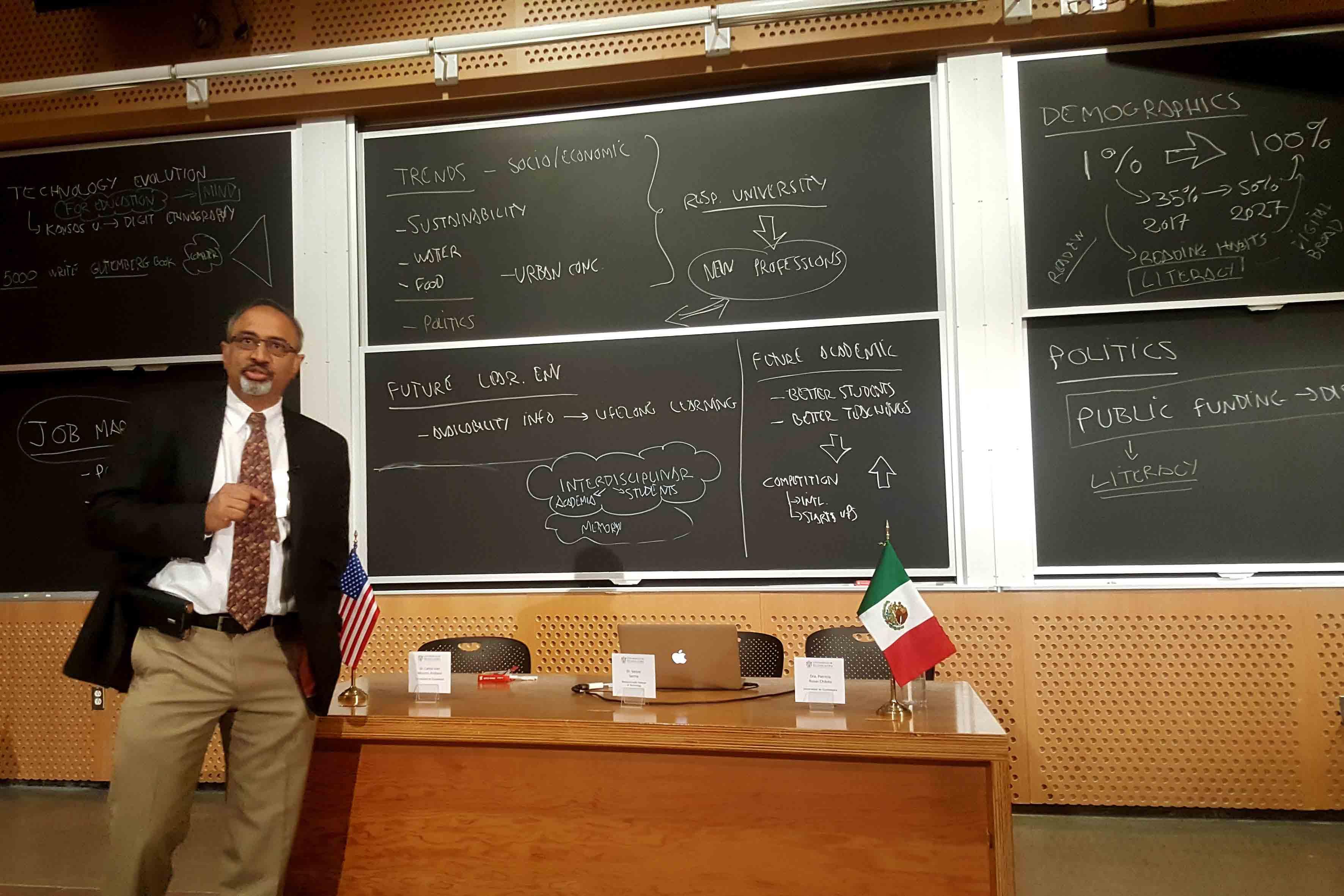 Academico del Instituto Tecnológico de Massachusetts participando en el taller pionero que desarrolla le UdeG