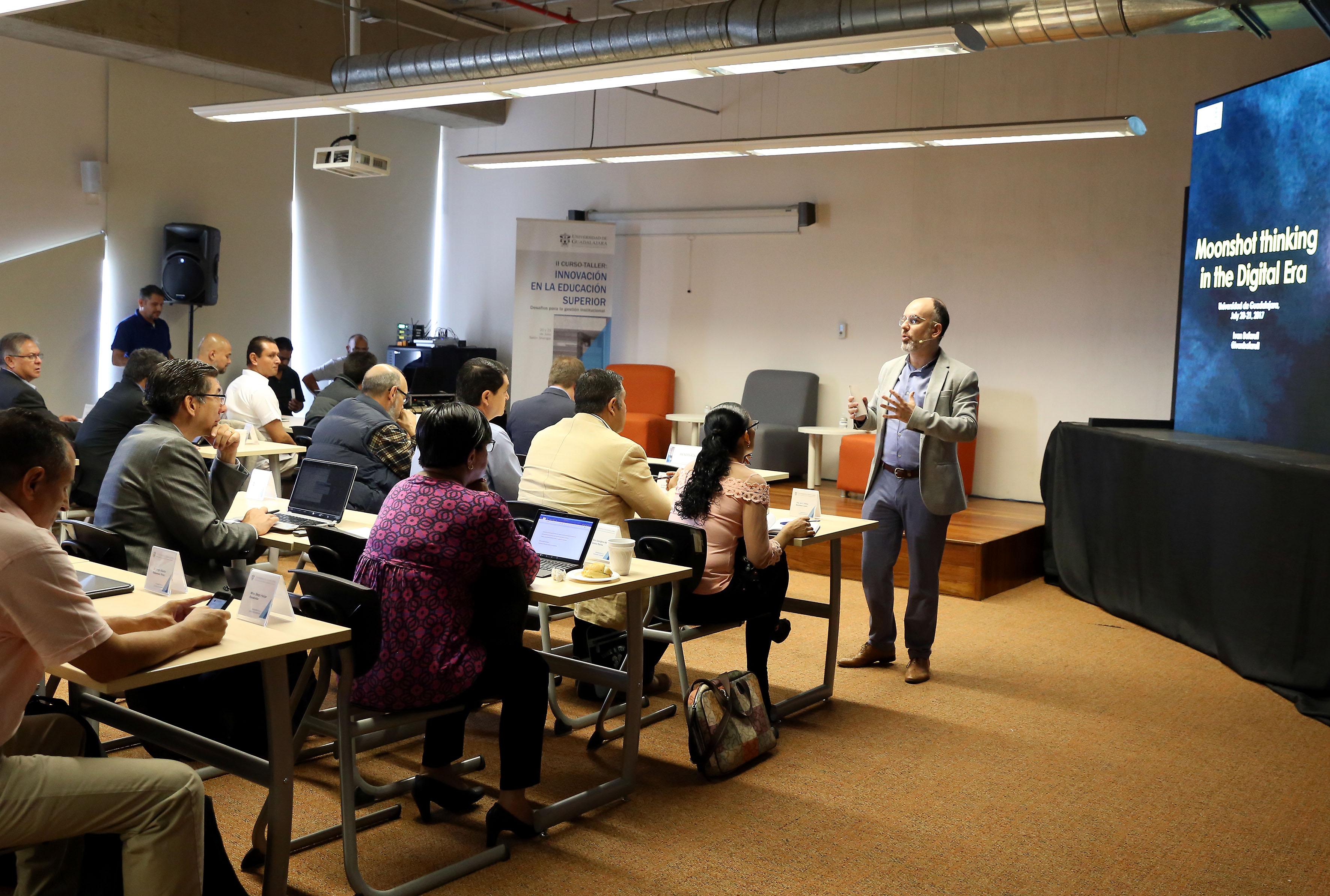 """Director de Global Strategic Initiatives at ESADE Business School in Barcelona, maestro Iván Bofarull, instruyendo durante el taller, a coordinadores de planeación, de posgrados, de innovación y secretarios académicos, en la necesidad del pensamiento  """"Moonshot thinking"""", para generar resultados 10 veces más, en lugar de 10 por ciento."""