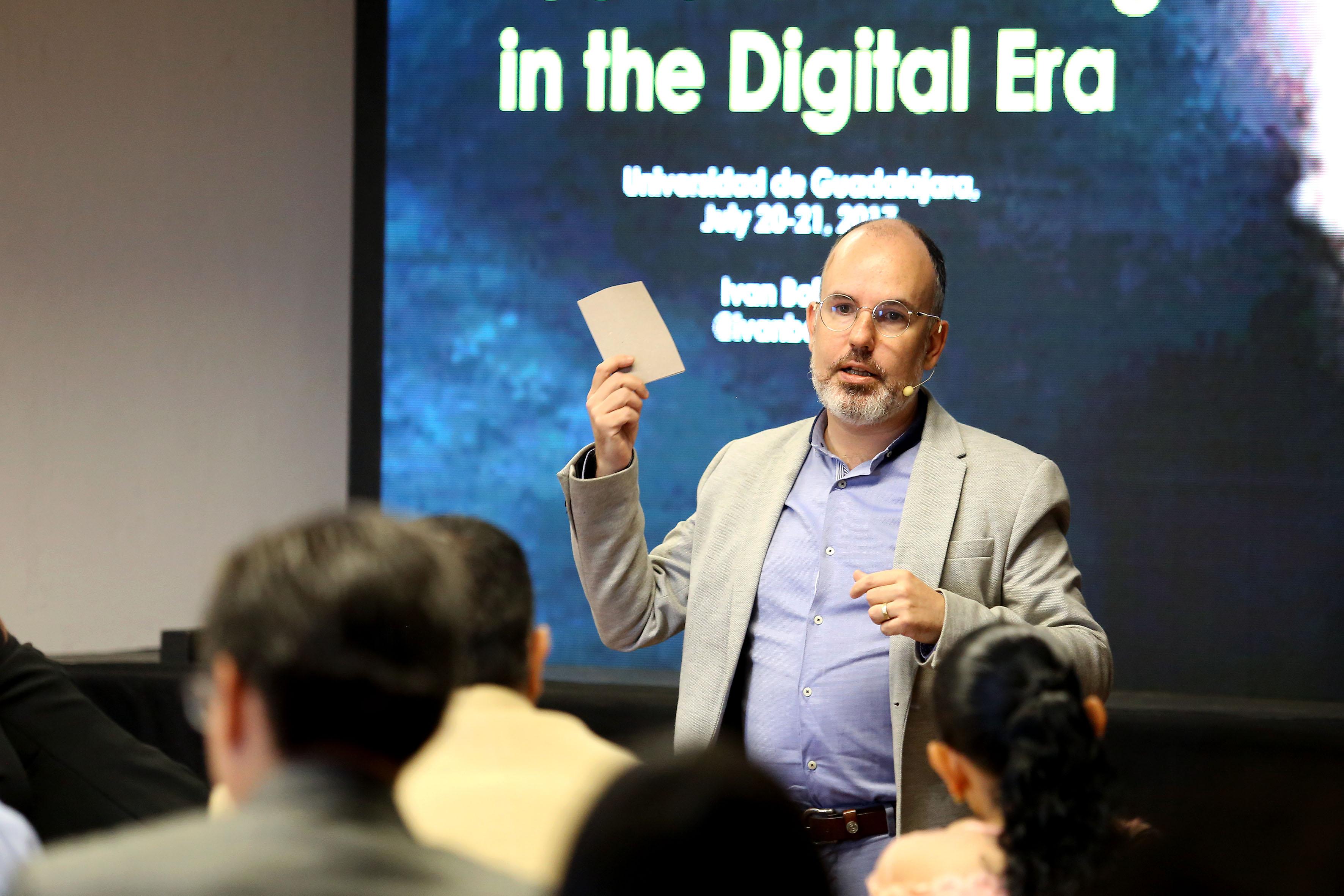 """Director de Global Strategic Initiatives at ESADE Business School in Barcelona, maestro Iván Bofarull, instruyendo durante el curso-taller  """"Macrotendencias globales y tecnológicas exponenciales en la educación superior""""."""