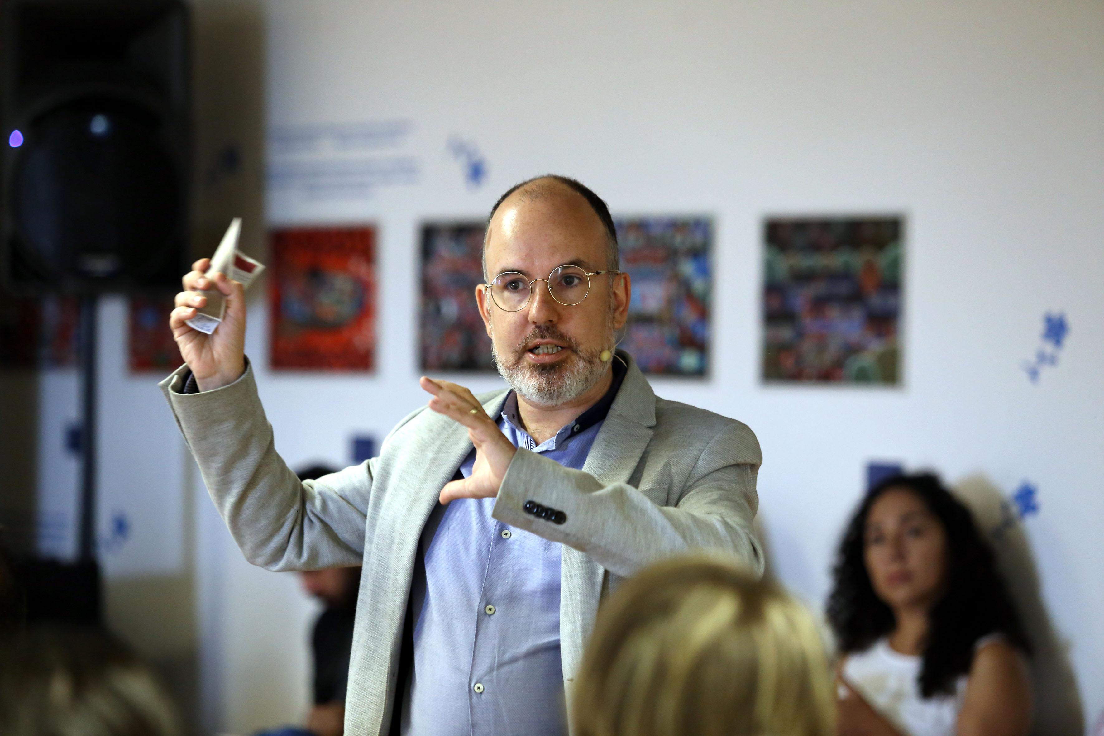 Director de Global Strategic Initiatives at ESADE Business School in Barcelona, maestro Iván Bofarull, haciendo movimientos con las manos para explicar durante su curso-taller.