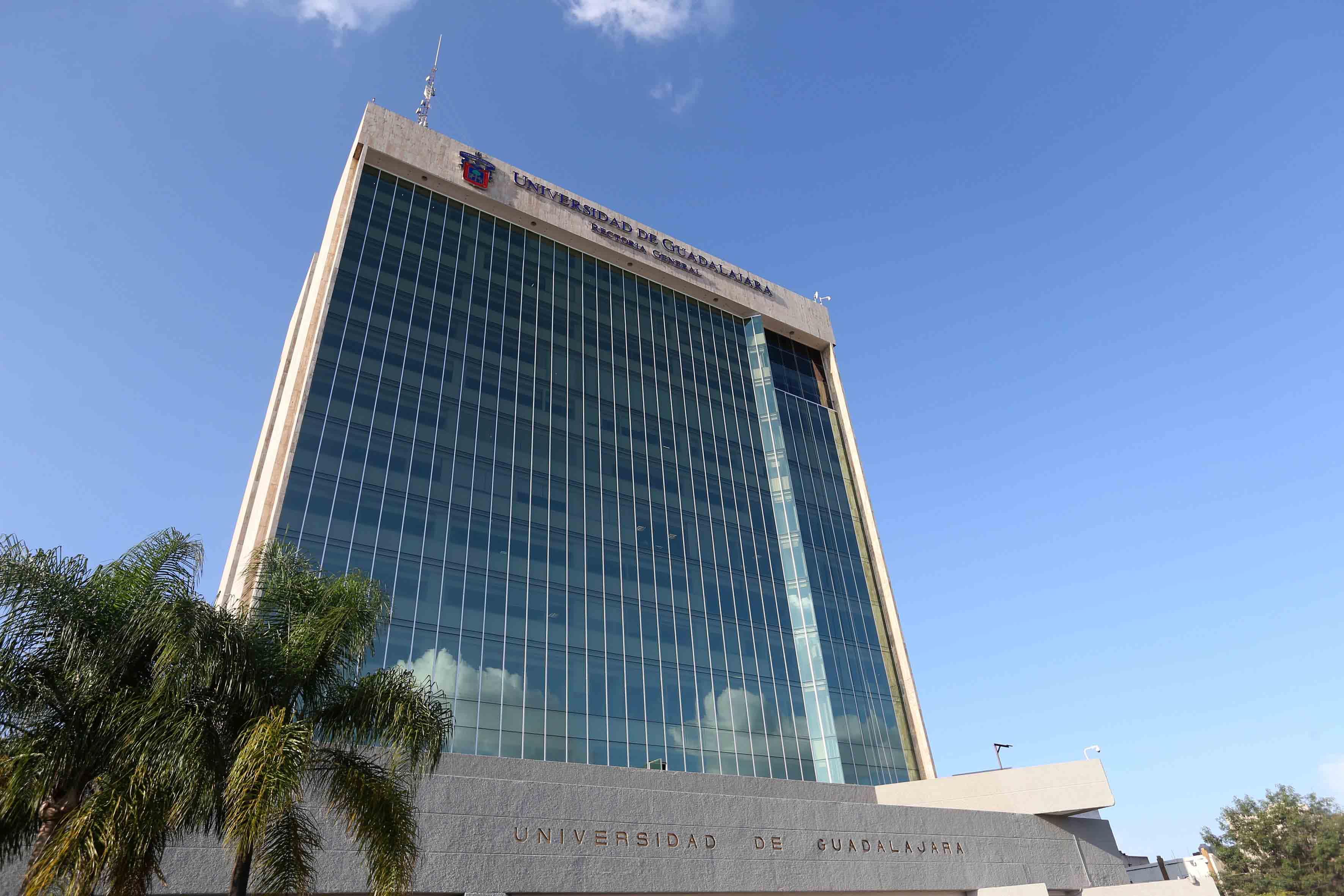 Vista panorámica del edificio de Rectoría General de la UdeG.