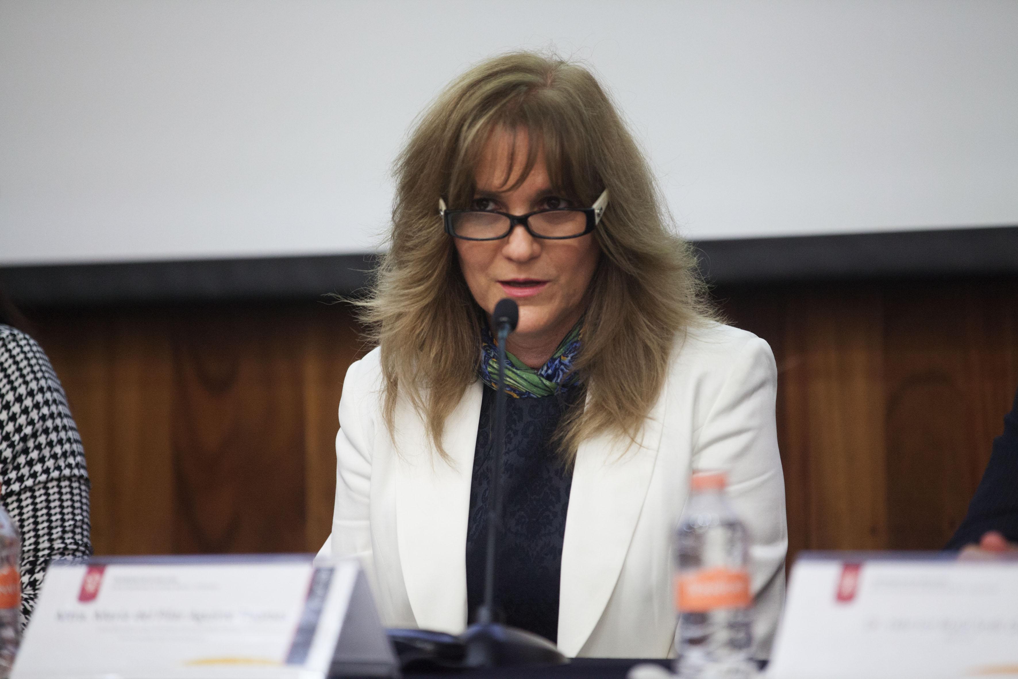 Maestra María del Pilar Aguirre, directora de Estudios Incorporados de la Universidad de Guadalajara, participando en el evento.