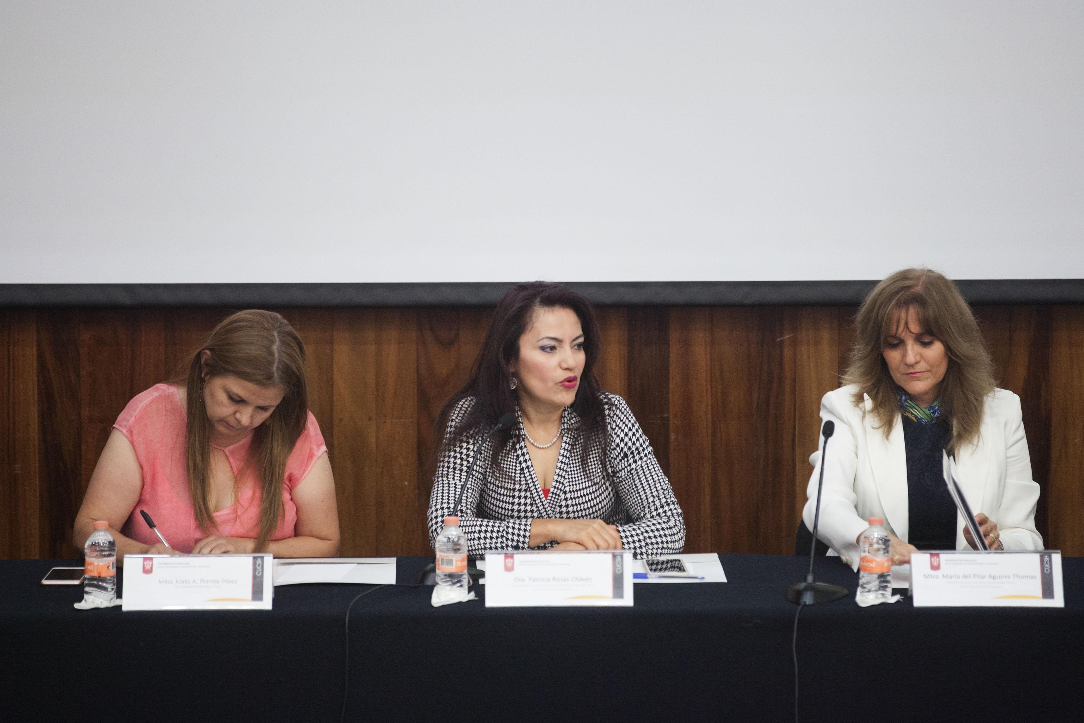 Doctora Patricia Rosas Chávez, titular de la Coordinación de Innovación Educativa y Pregrado (CIEP), frente al micrófono, haciendo uso de la voz.