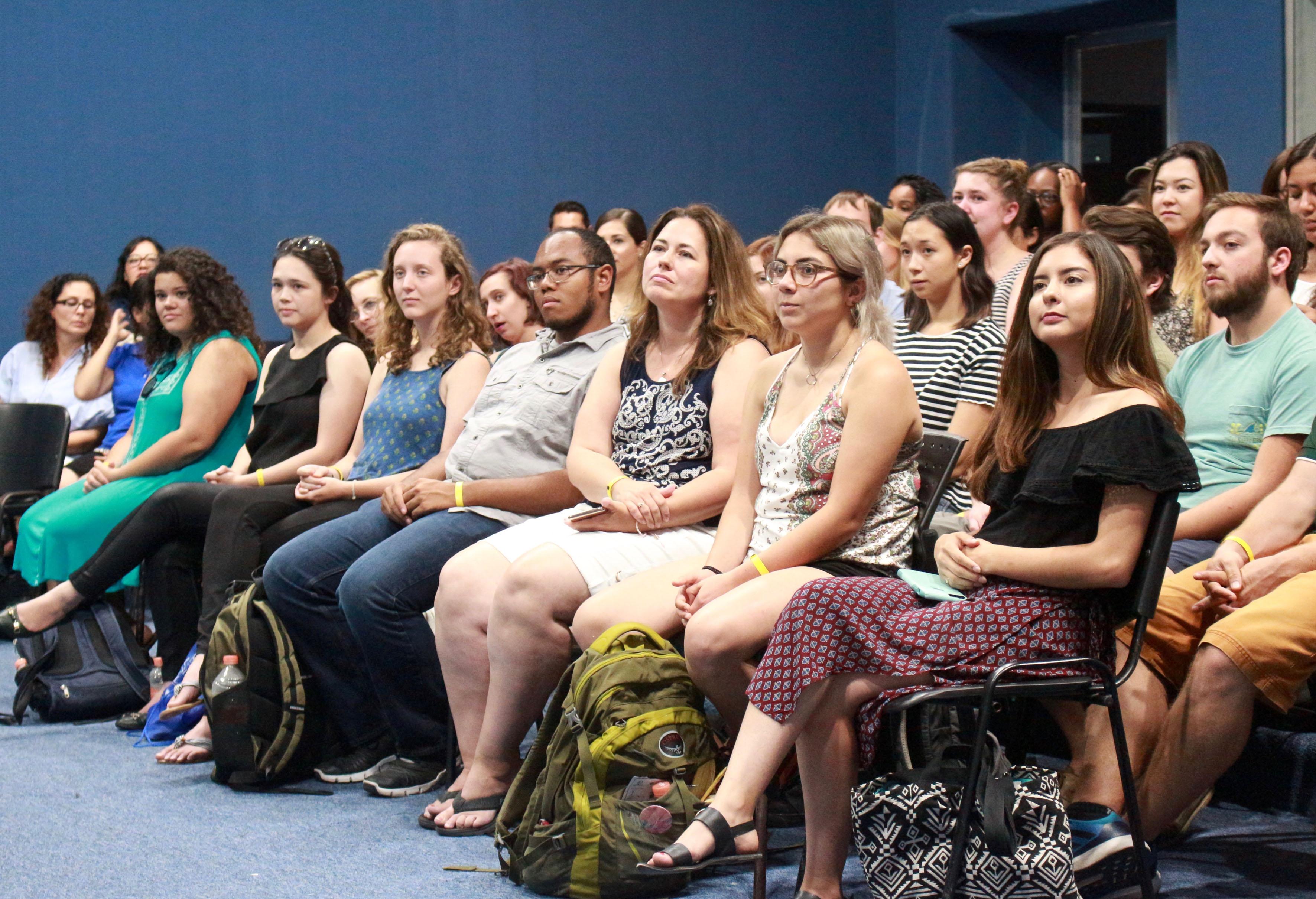 Estudiantes del programa de español para extranjeros del CUCosta, en auditorio, durante acto de clausura.
