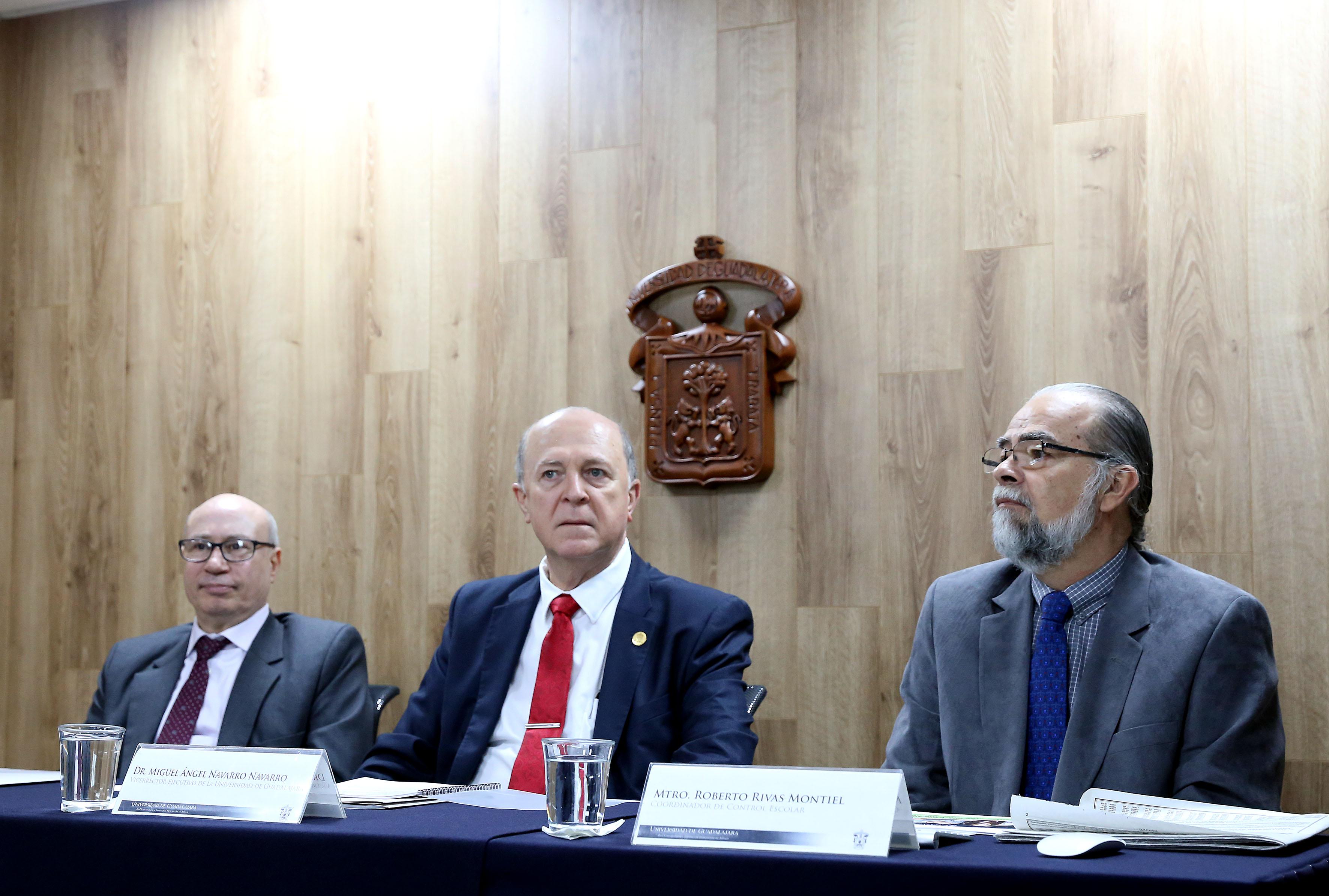 maestro José Alfredo Peña Ramos junto con  Doctor Miguel Ángel Navarro Navarro y  Maestro Roberto Rivas Montiel integrantes de presidium