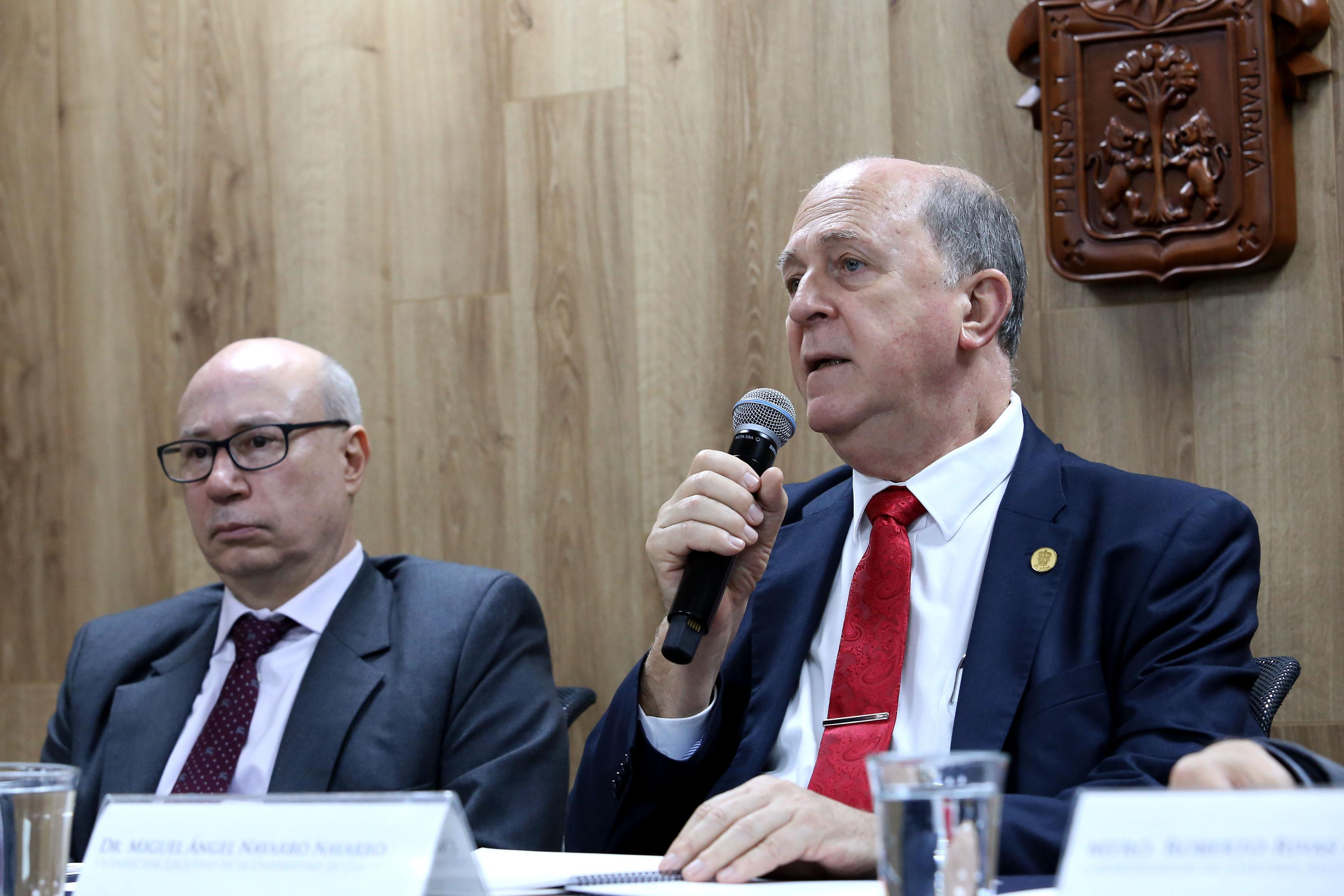 Doctor Miguel Ángel Navarro Navarro Haciendo uso de la palabra