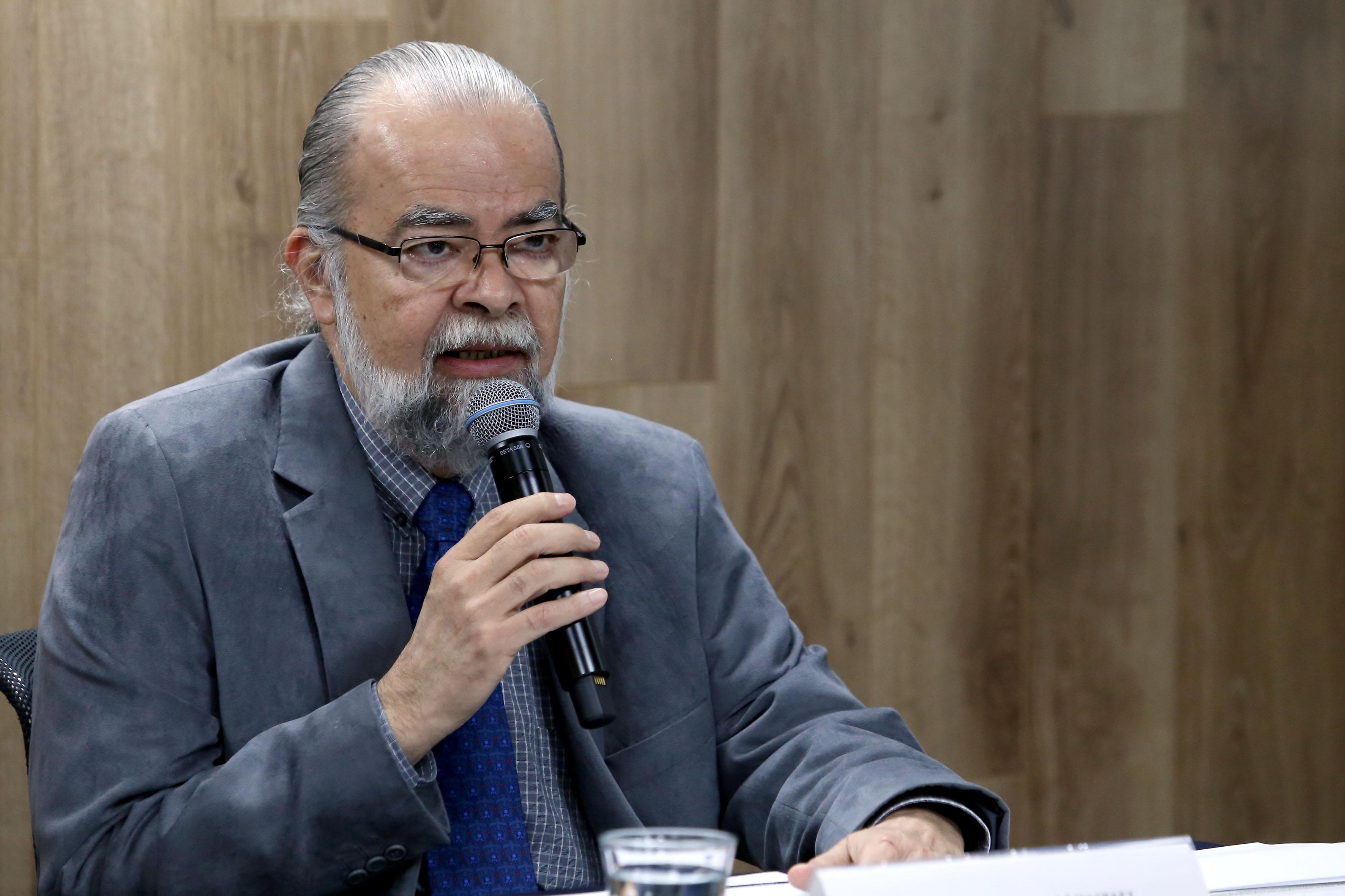 Maestro Roberto Rivas Montiel haciendo uso de la palabra