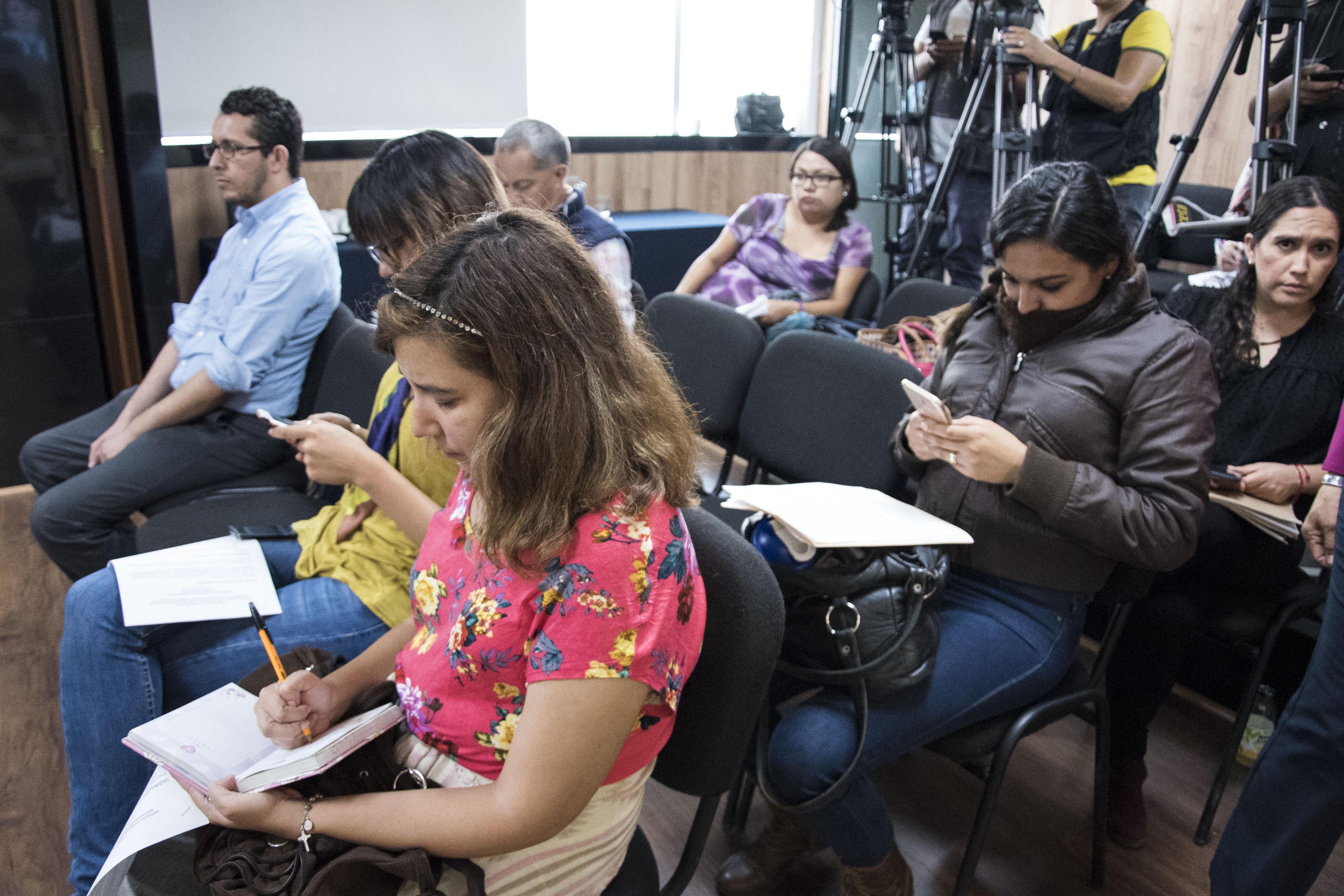 prensa tomando notas de la conferencia
