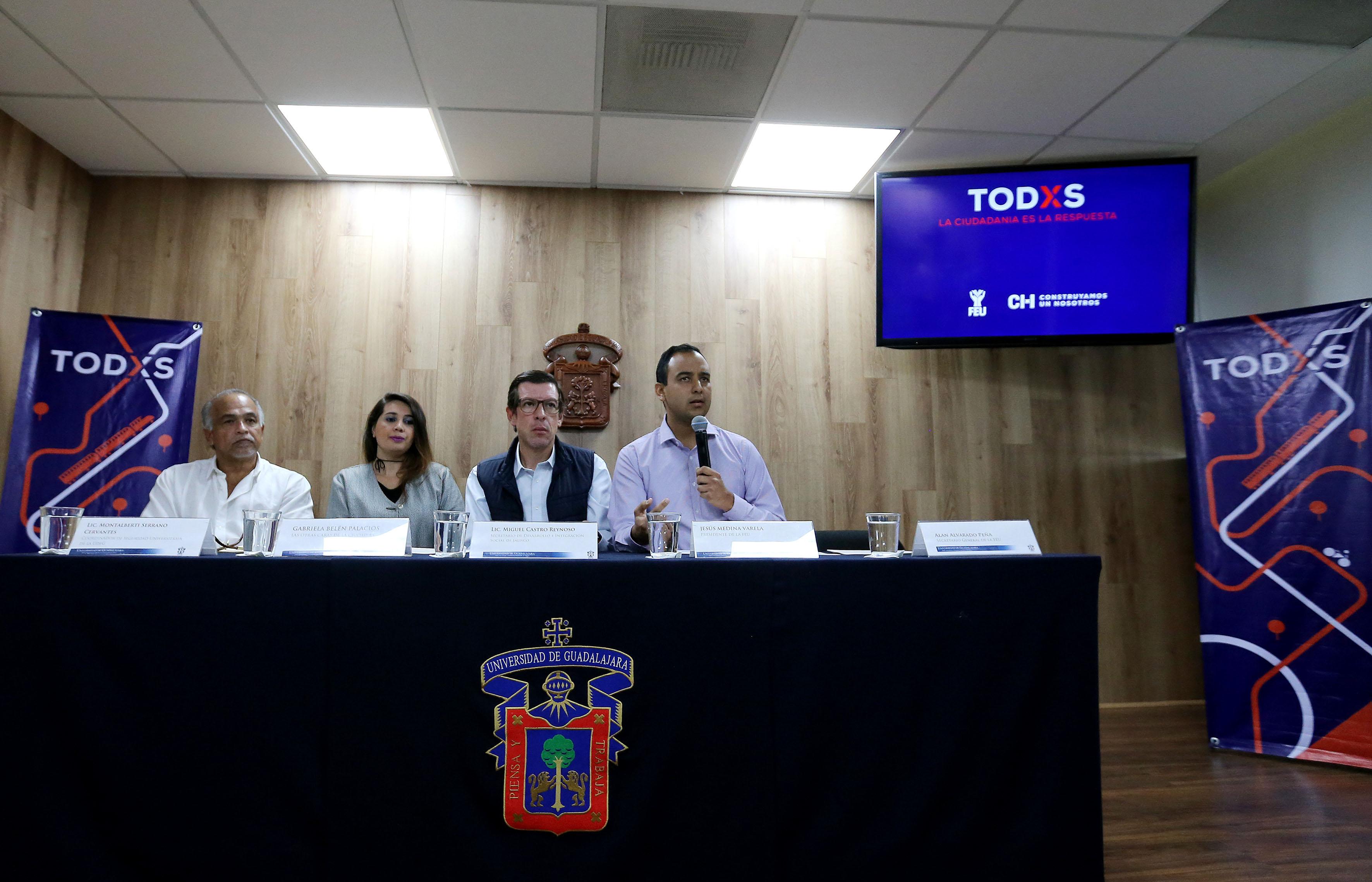 Presidente de la FEU, Jesús Arturo Medina Varela, con micrófono en mano haciendo uso de la palabra.