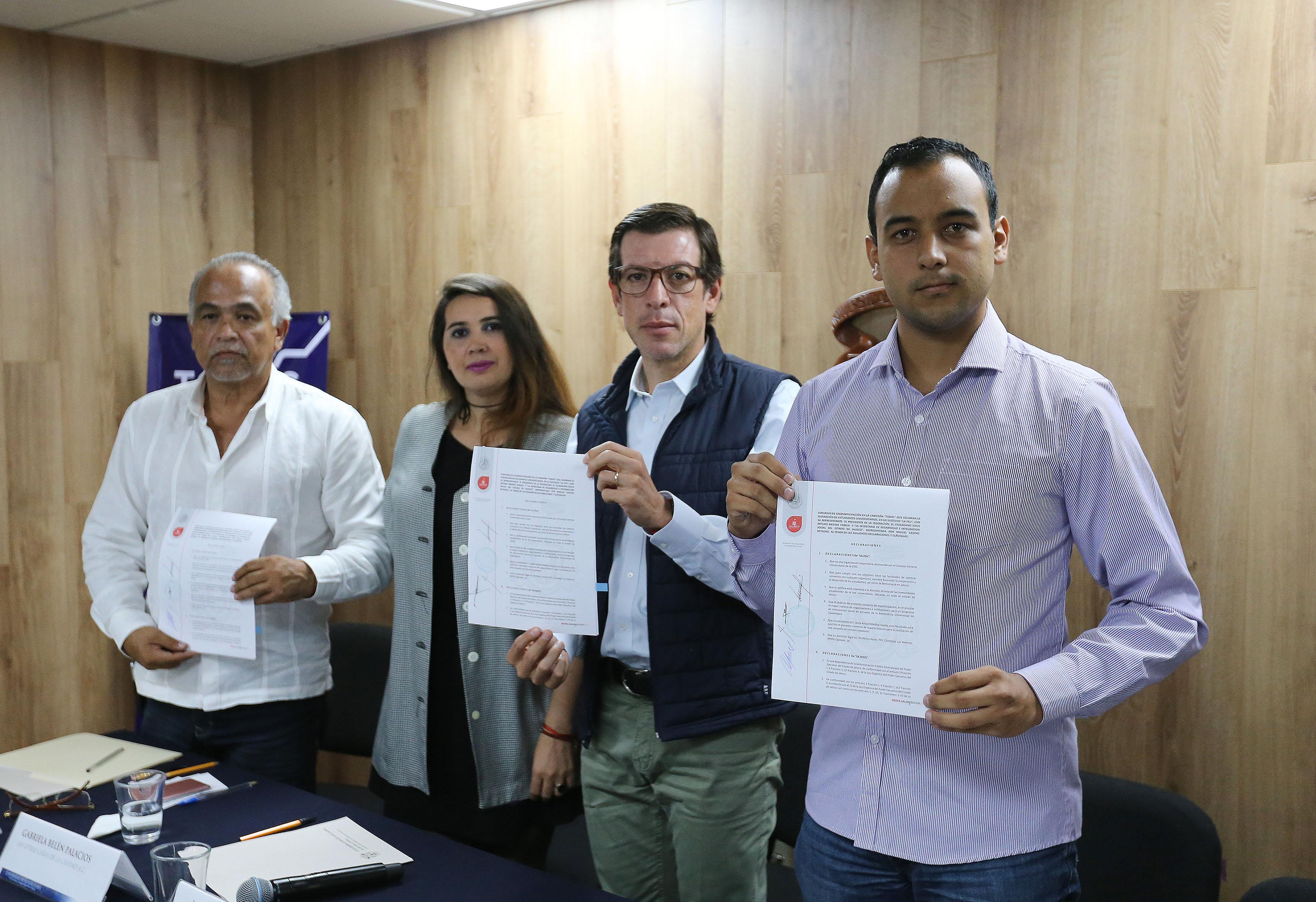 Titular de la FEU, Seguridad universitaria, Secretaría de Desarrollo e Integración Social y representante de la sociedad civil, mostrando convenio de colaboración, recién firmado.