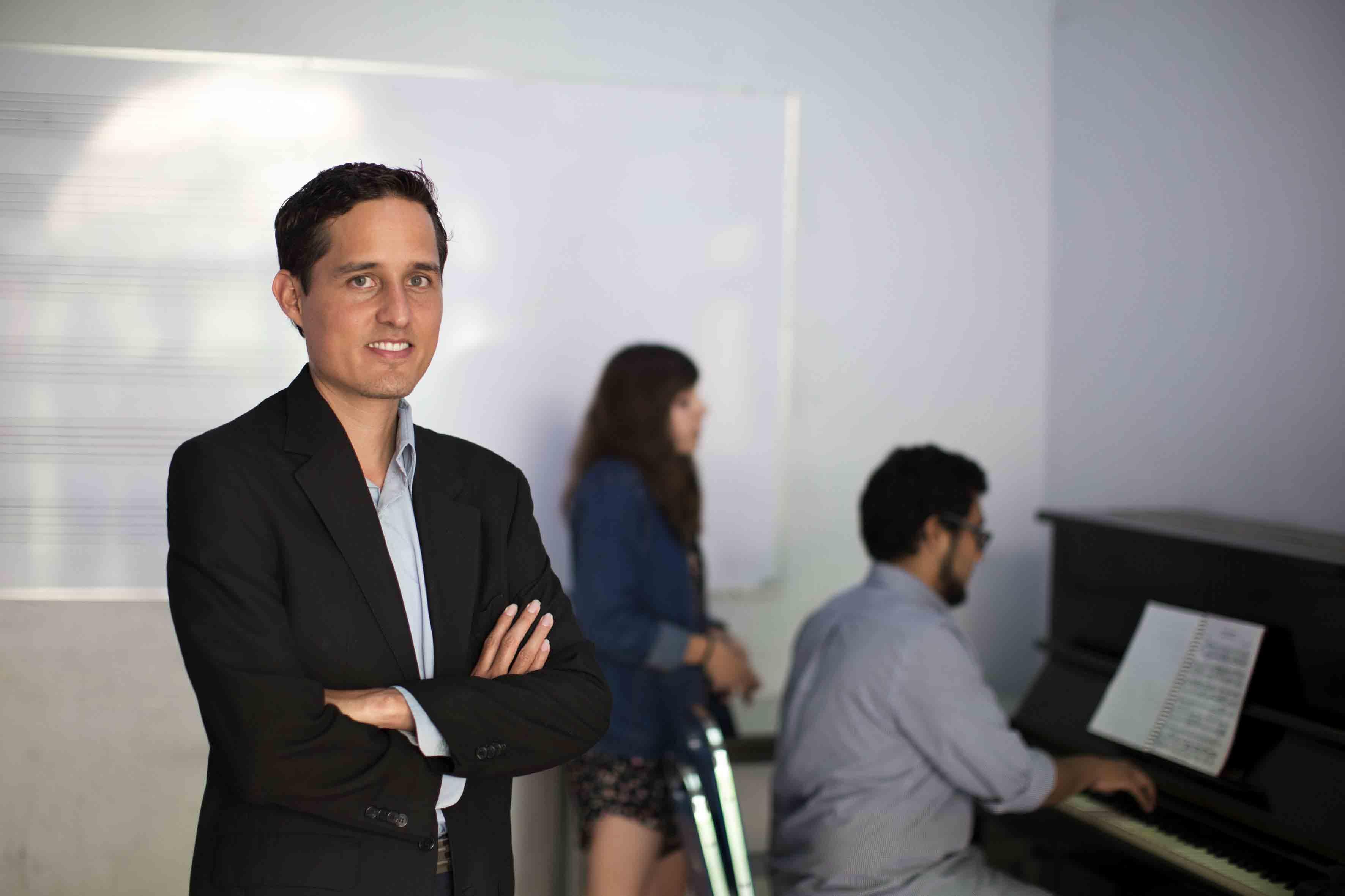 Rodrigo Martínez Gutiérrez, egresado de la maestría en Gestión y Desarrollo Cultural, del Centro Universitario de Arte, Arquitectura y Diseño (CUAAD) de la Universidad de Guadalajara (UdeG),
