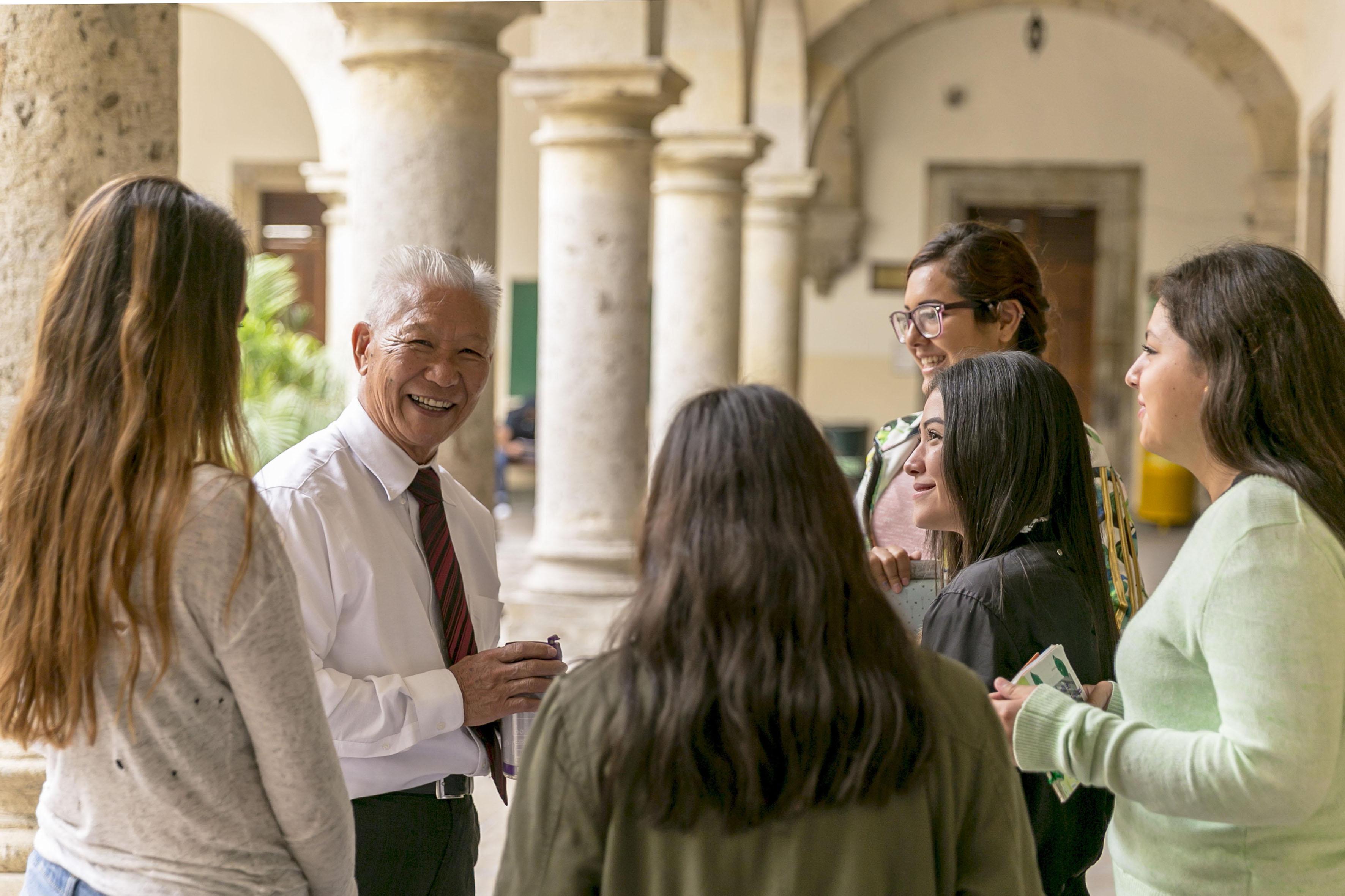 Alumnos y asesor conversando