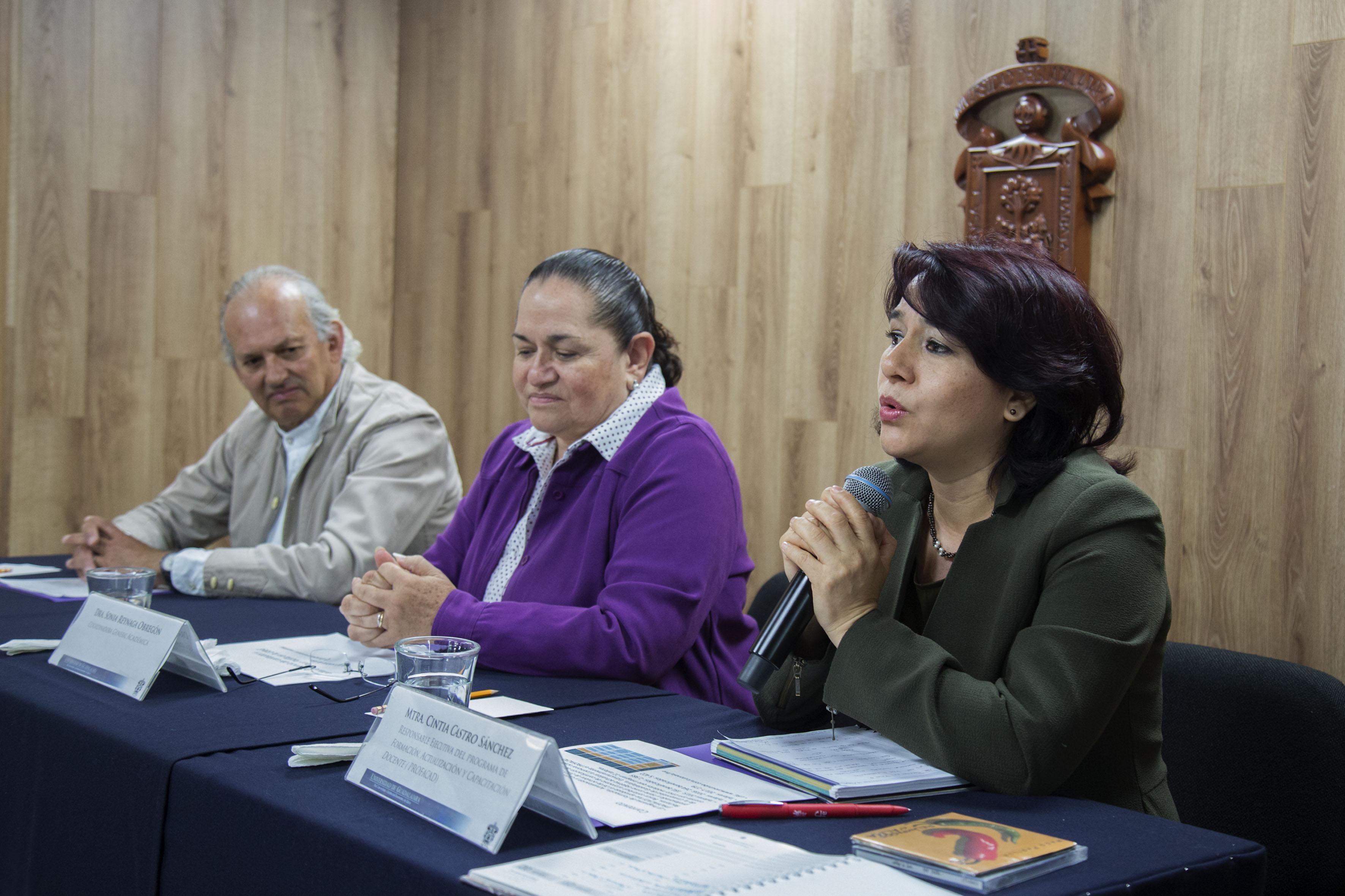 Maestra Cintia Castro Sánchez Haciendo uso de la palabra