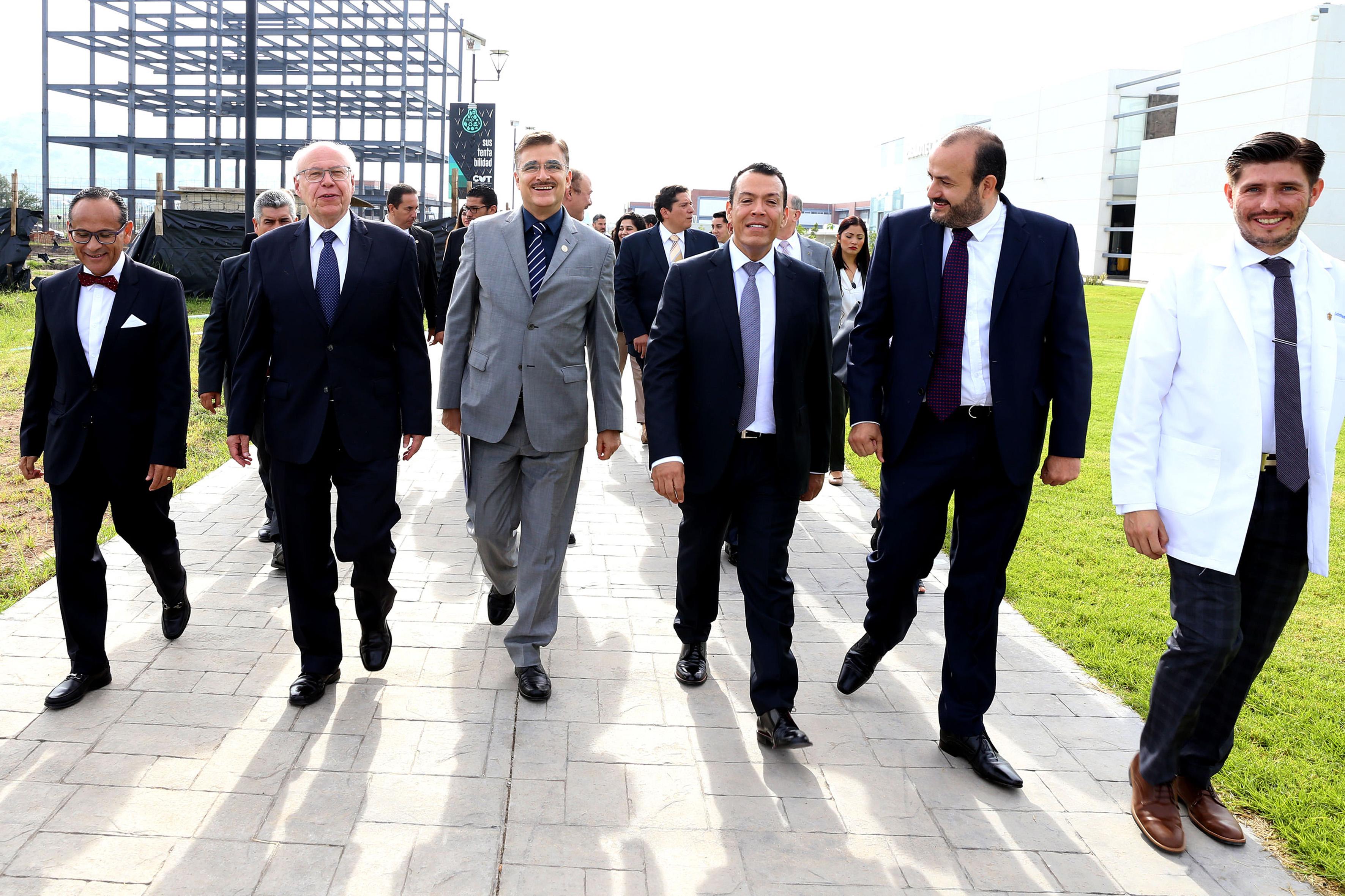 Rector general y autoridades universitarias haciendo un recorrido por las instalaciones del  Centro Universitario de Tonalá (CUTonalá),