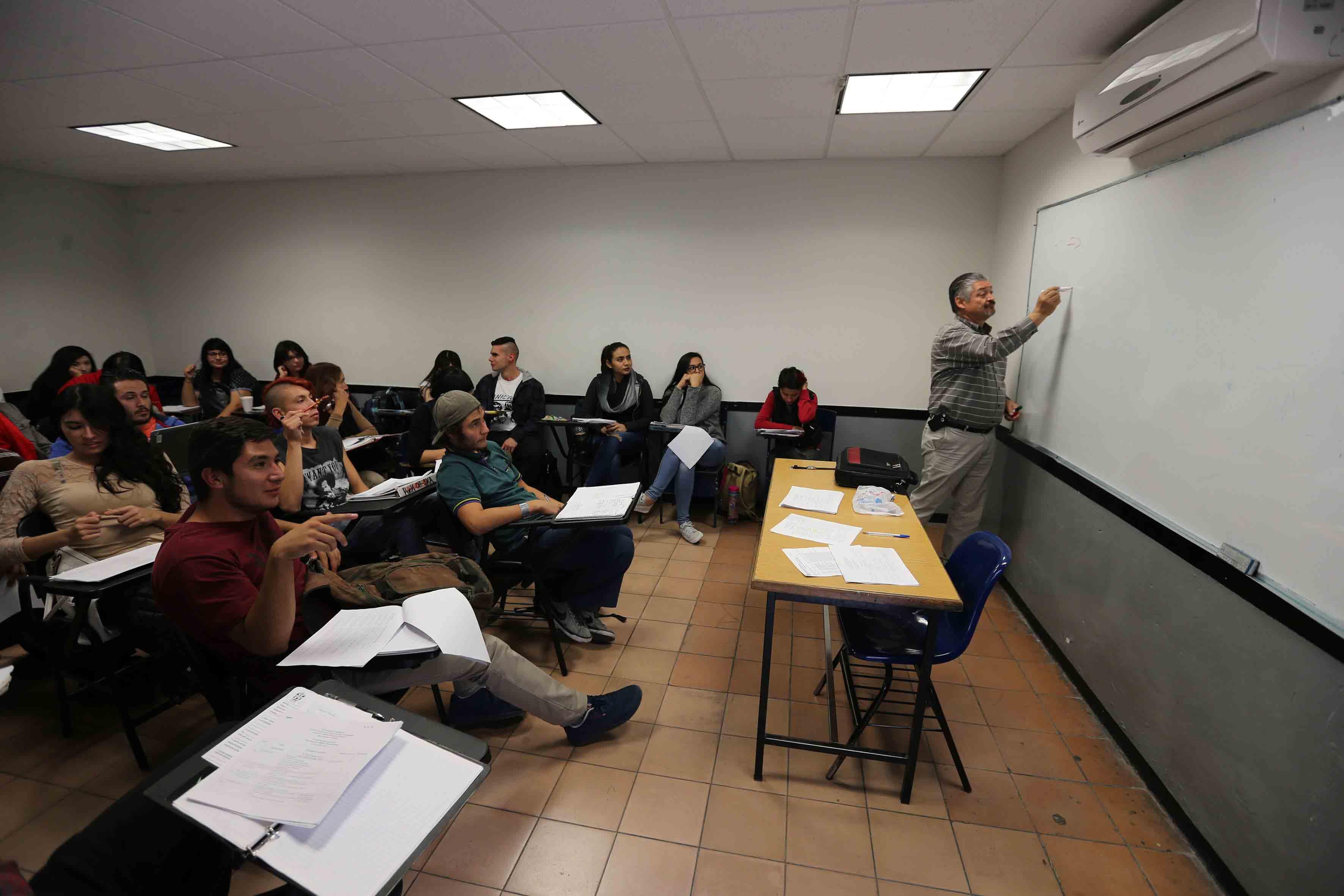 Profesor dando clases a alumnos