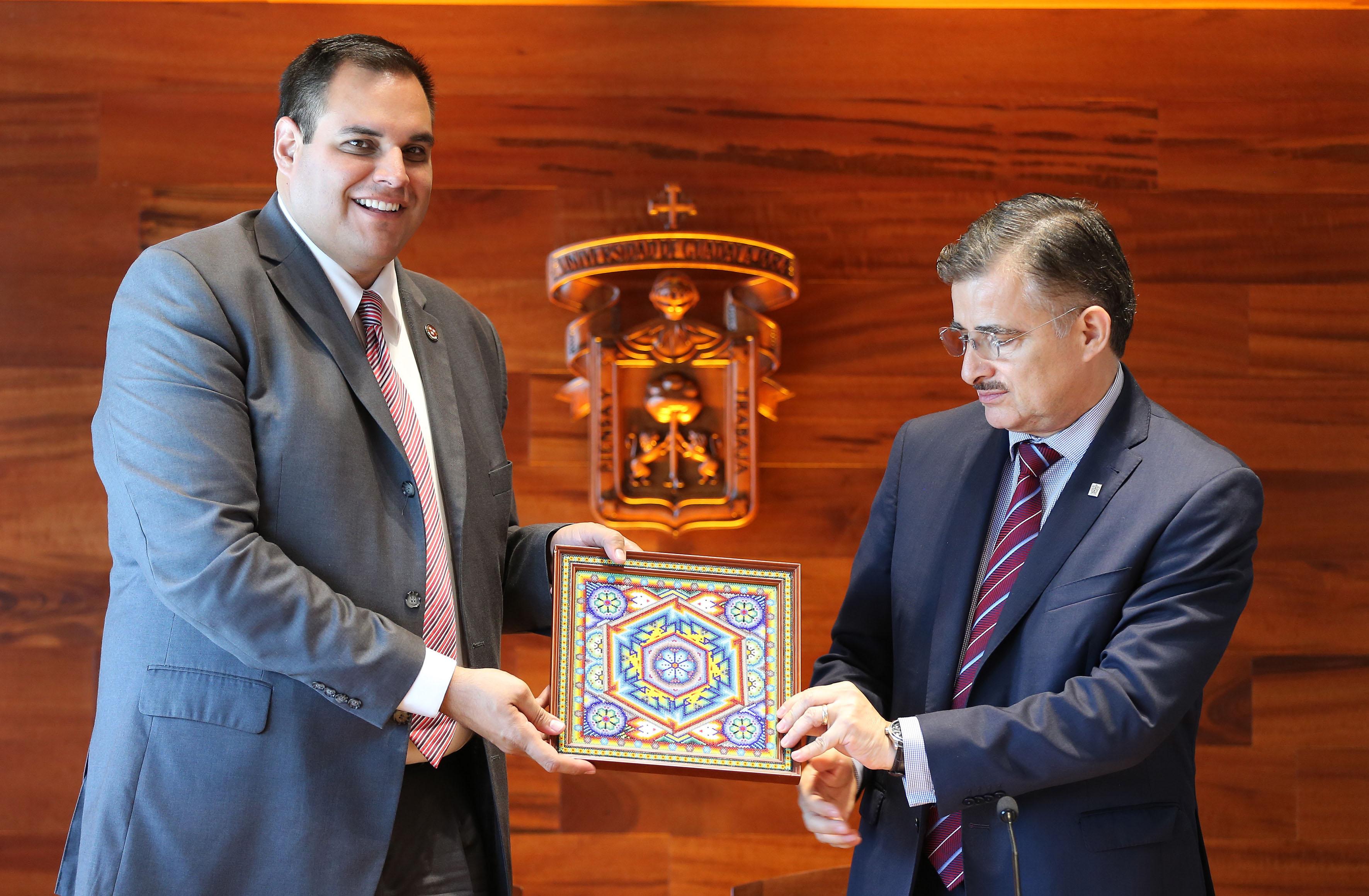 Rector General de la UdeG, maestro Itzcóatl Tonatiuh Bravo Padilla regalandole un presente al  director del Programa de Tecnologías Sostenibles y Salud, de la Universidad de Harvard, doctor Ramón Sánchez Piña