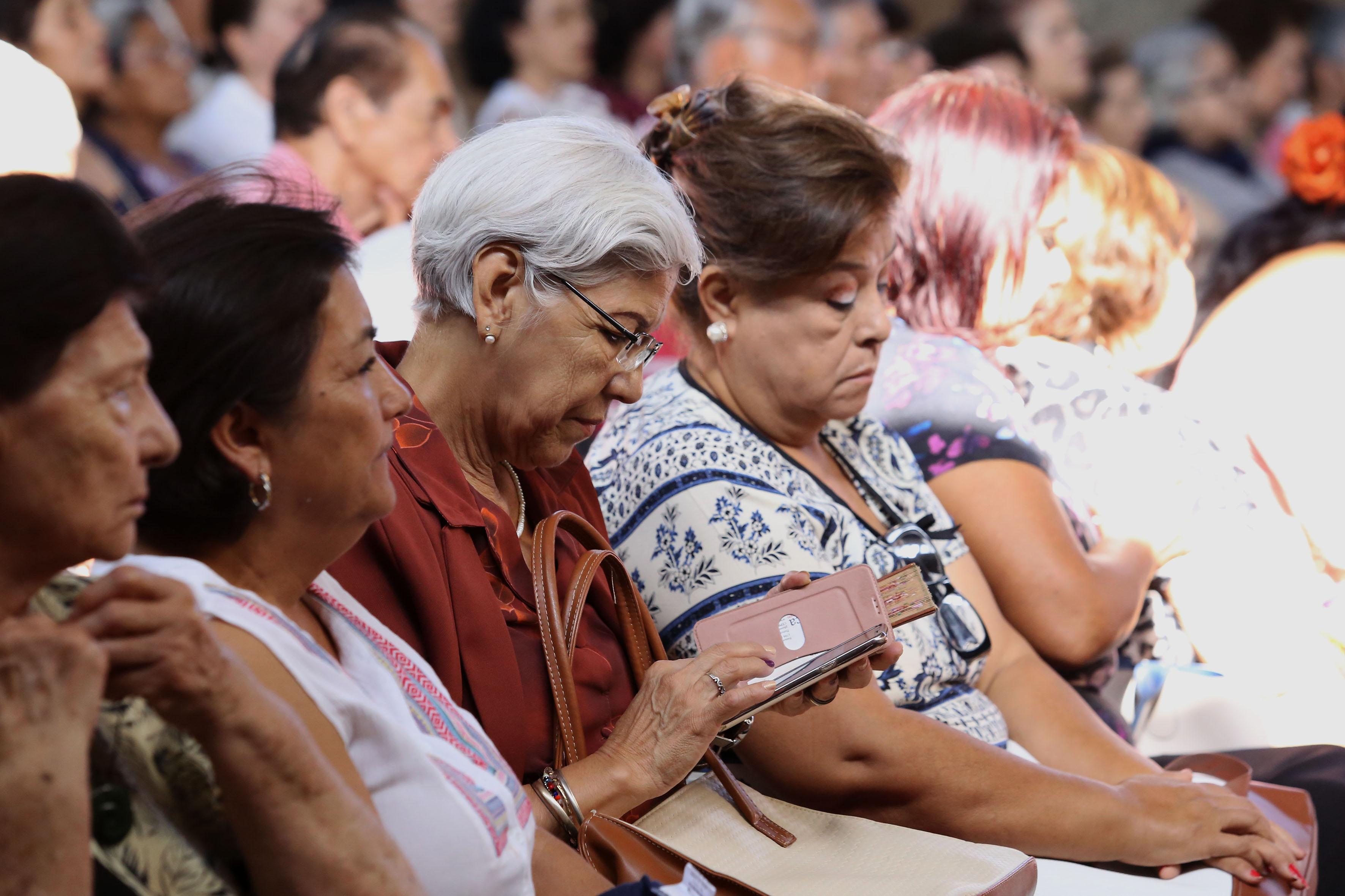 Mujeres de la tercera edad, asistentes a la conferencia, en el marco del inicio del curso 2017-B del Sistema Universitario del Adulto Mayor.