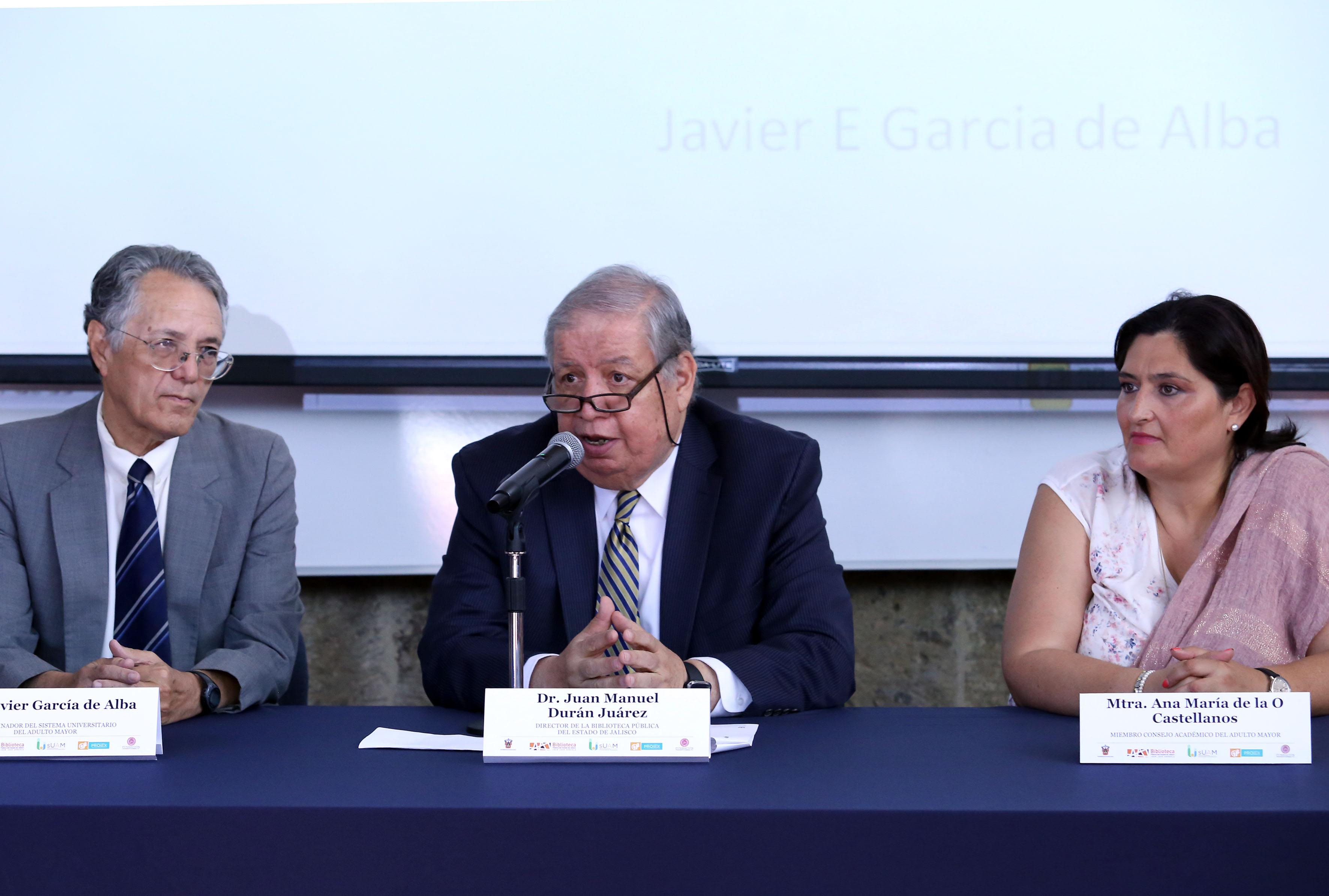 Doctor Juan Manuel Durán Juárez, miembro del Consejo Académico del SUAM y Director de la Biblioteca Pública del Estado, haciendo uso de la palabra durante la presentación del ponente.