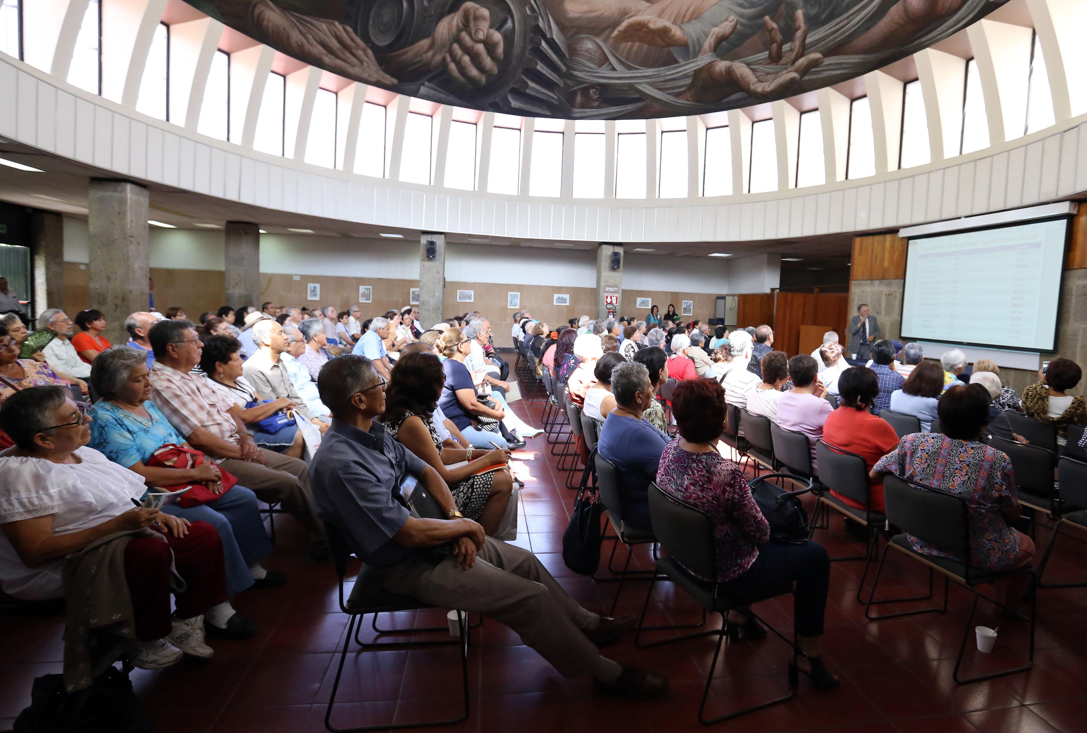 """Vista panorámica de los asistentes durante la conferencia """"La fragilidad en el adulto mayor"""", en el auditorio del CUCS."""