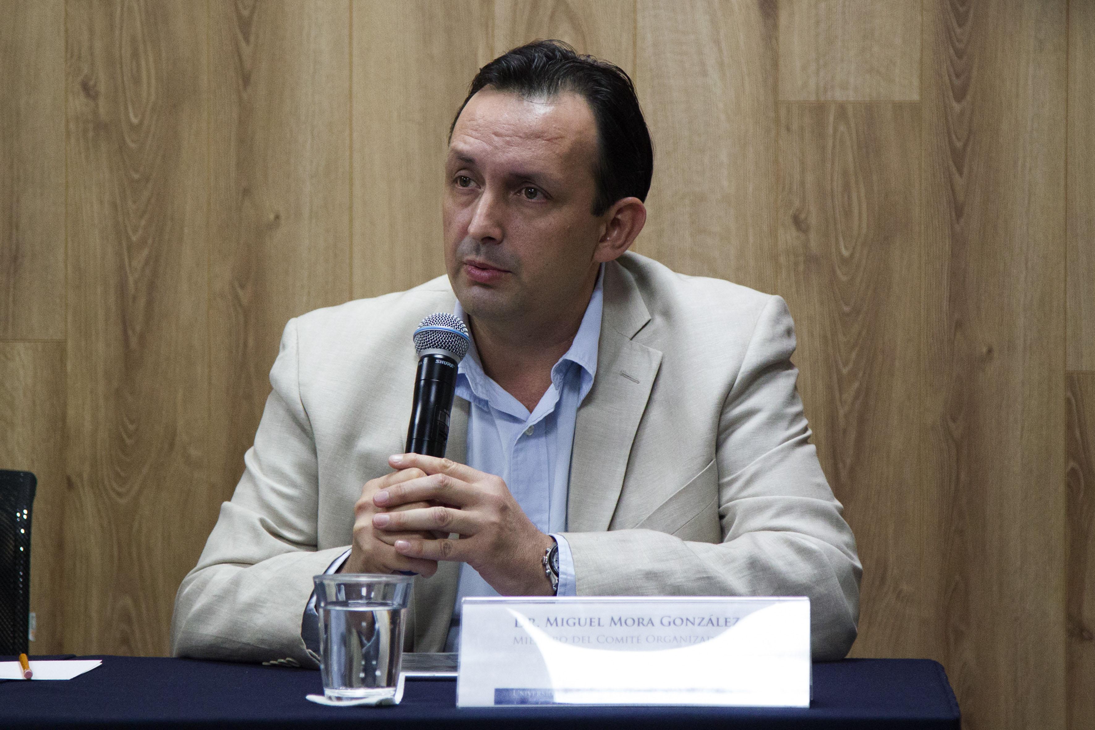 Dr Miguel Mora González, miembro del Comité organizador, haciendo uso de la palabra