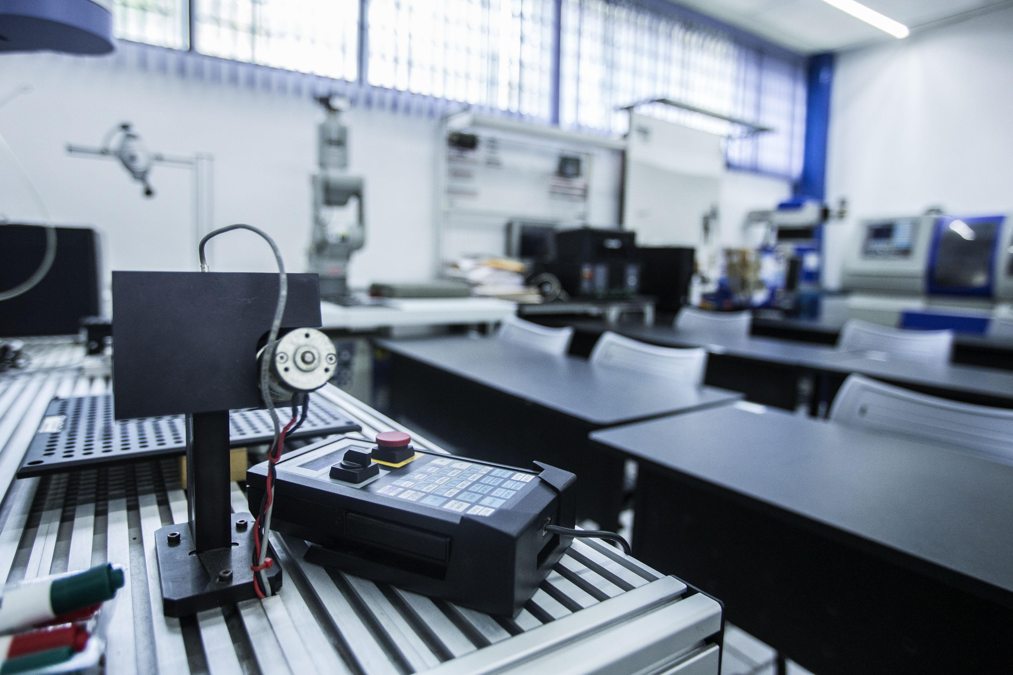 Salón y taller de laboratorio de equipo tecnológico e industrial.