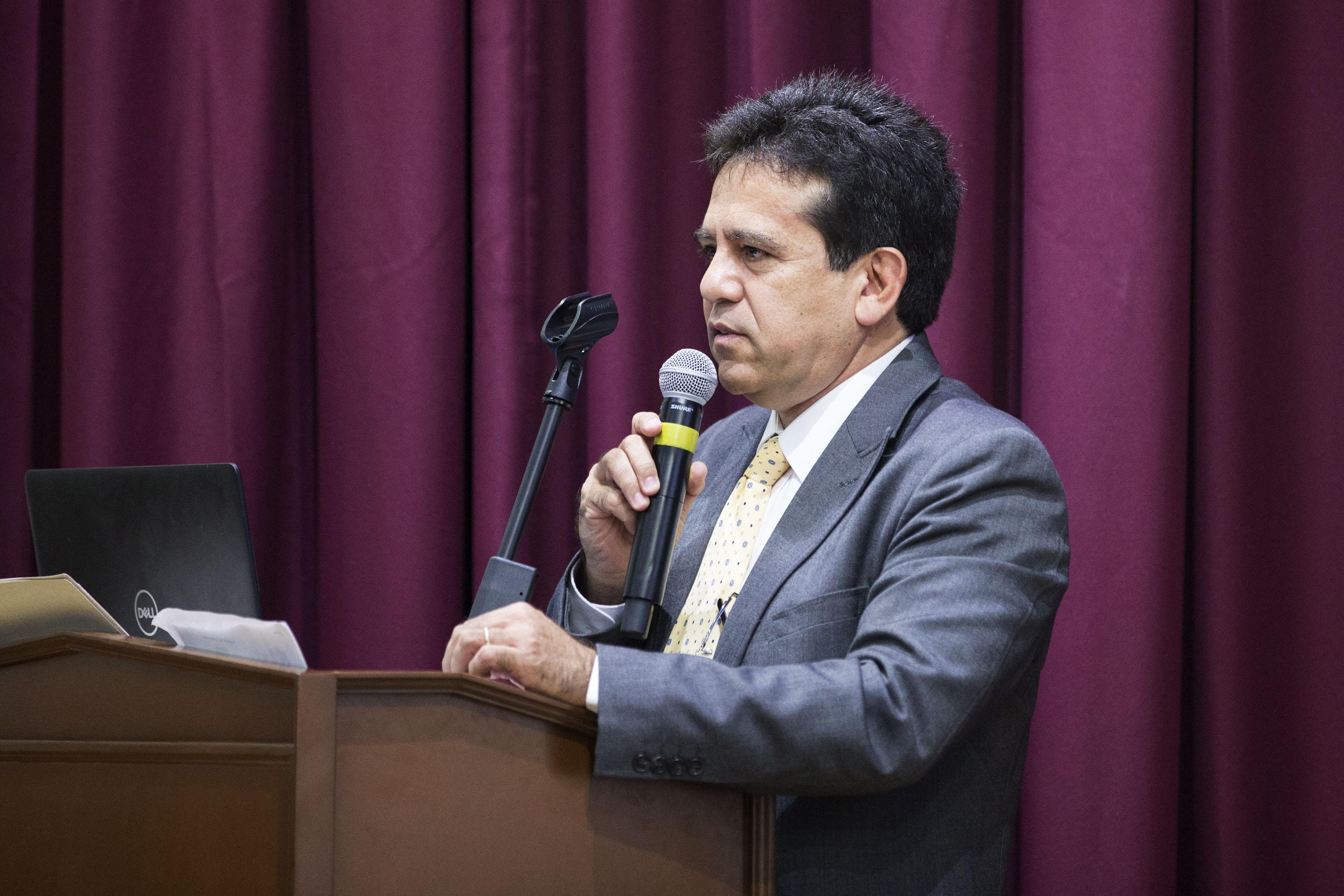 Director de la División de Ingenierías, doctor César Octavio Monzón, en podium del evento, haciendo uso de la palabra, durante acto de inauguración del segundo Congreso de Ingeniería Industrial Logística.