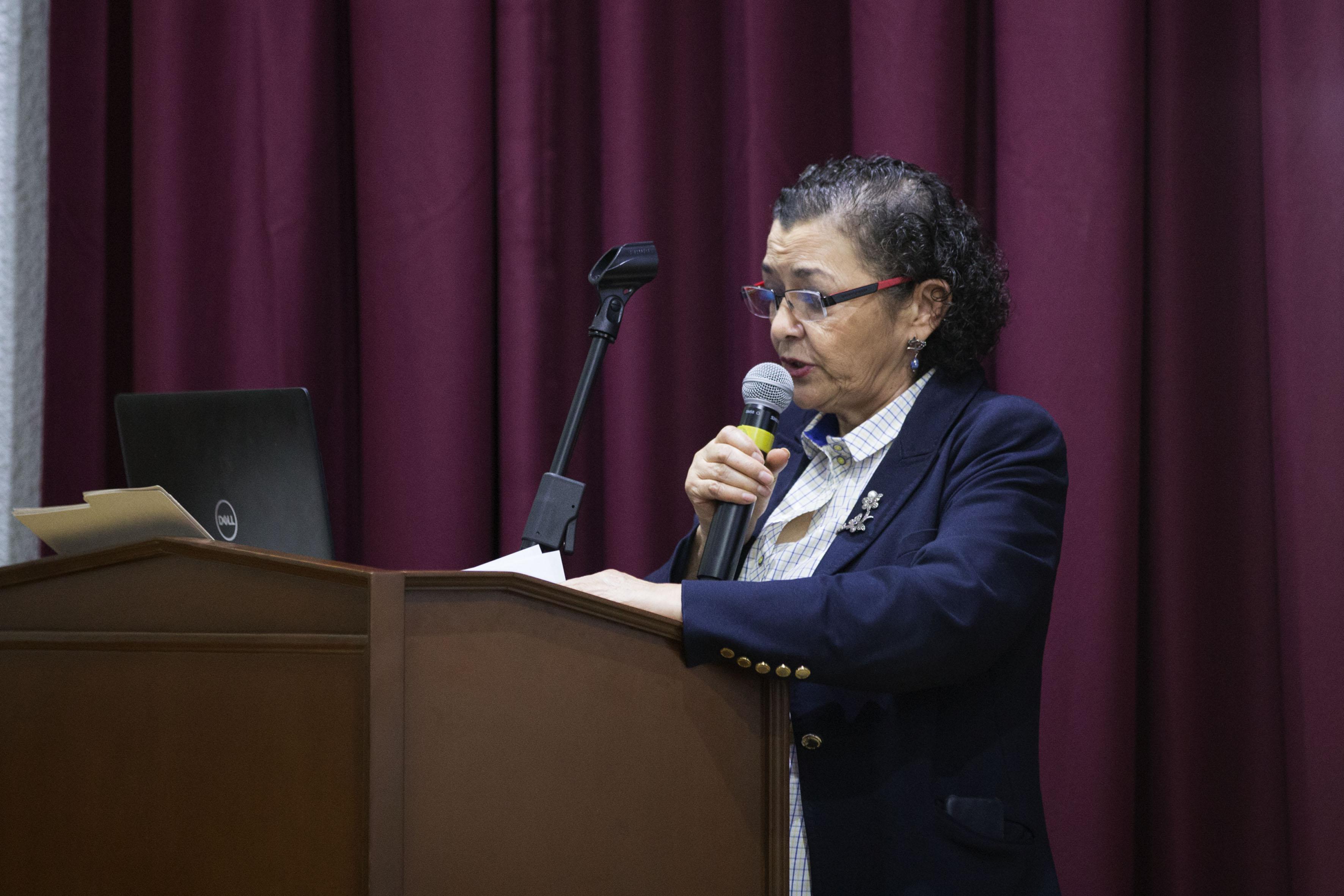 Rectora del CUCEI, doctora Ruth Padilla Muñoz, en podium del evento, haciendo uso de la palabra, durante acto de inauguración del segundo Congreso de Ingeniería Industrial Logística.