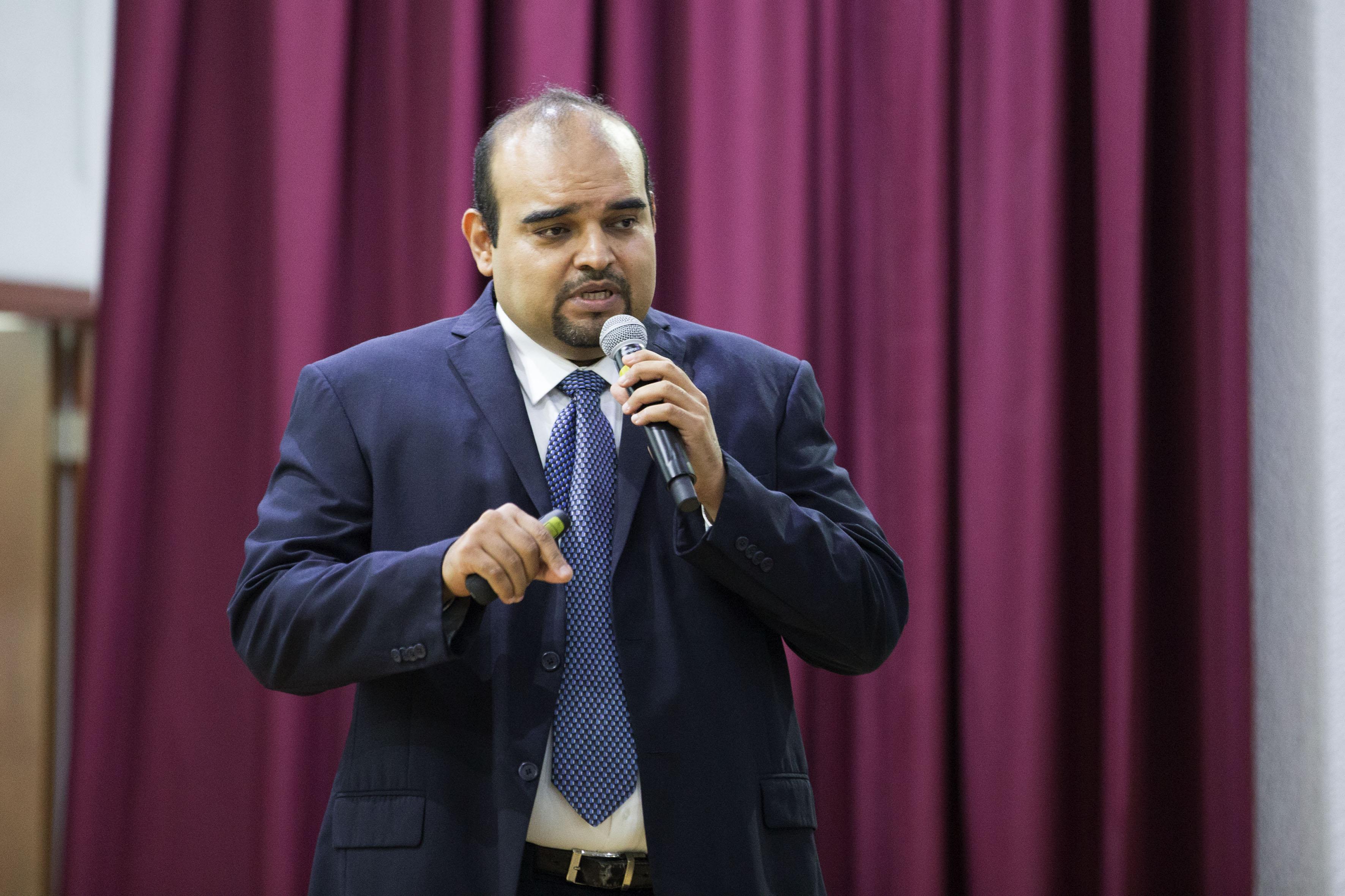 Maestro Héctor Manuel Trinidad Valderrama, miembro del Comité organizador del congreso, con micrófono en mano, haciendo uso de la palabra, en acto inagural.