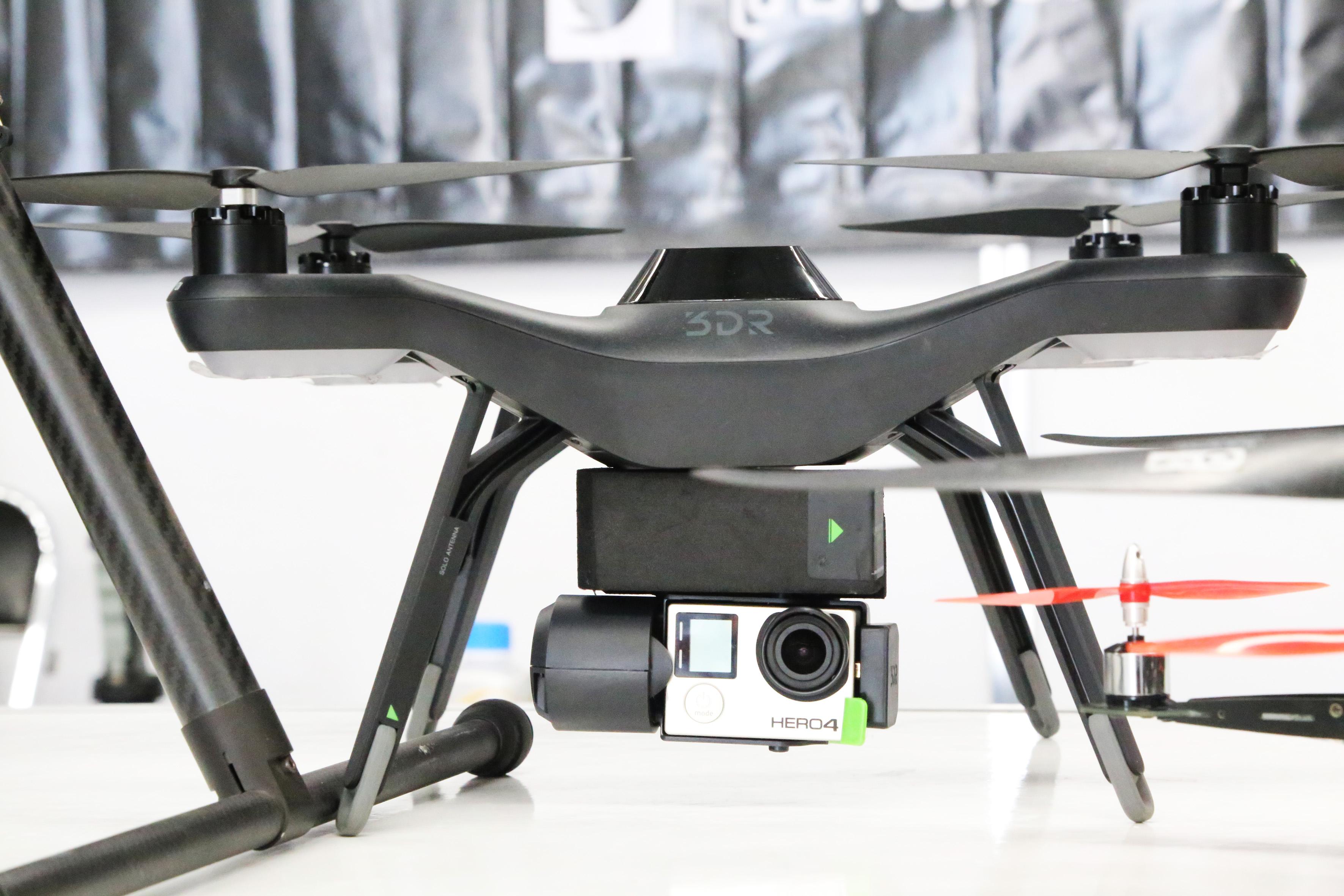 Drone 3DR, equipado con una cámara fotográfica digital HERO4.