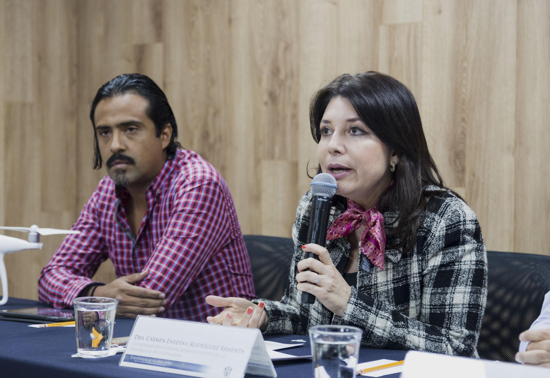 Doctora Carmen Enedina Rodríguez Armenta, titular de la Coordinación General Administrativa de la UdeG, con micrófono en mano haciendo uso de la palabra en rueda de prensa.