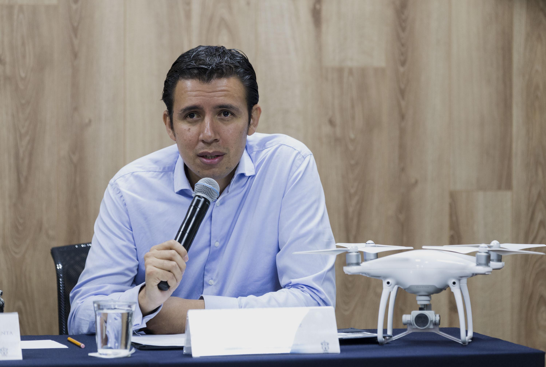 Ingeniero Alfonso Bravo Martínez, egresado de la UdeG y Presidente de DNRMX, con micrófono en mano haciendo uso de la palabra en rueda de prensa.