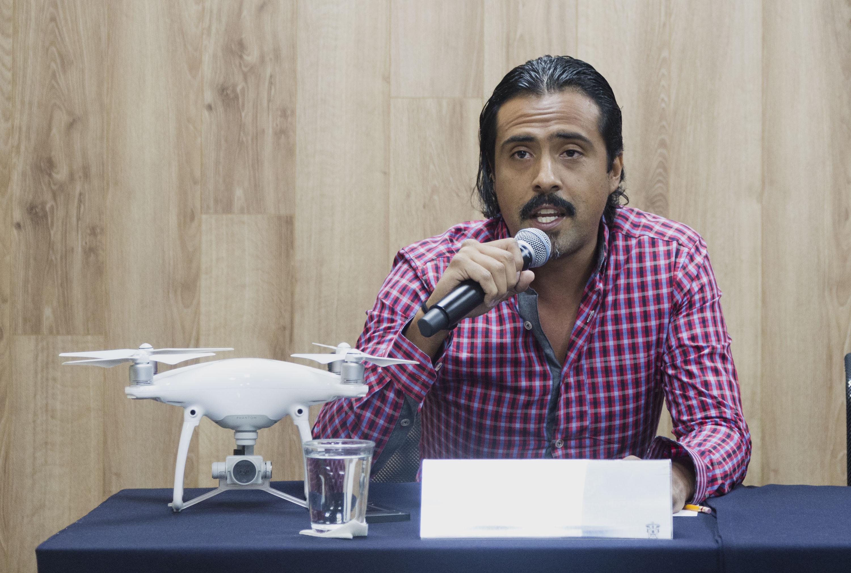 Fabián Ayala, director del laboratorio Ares; con micrófono en mano haciendo uso de la palabra en rueda de prensa.