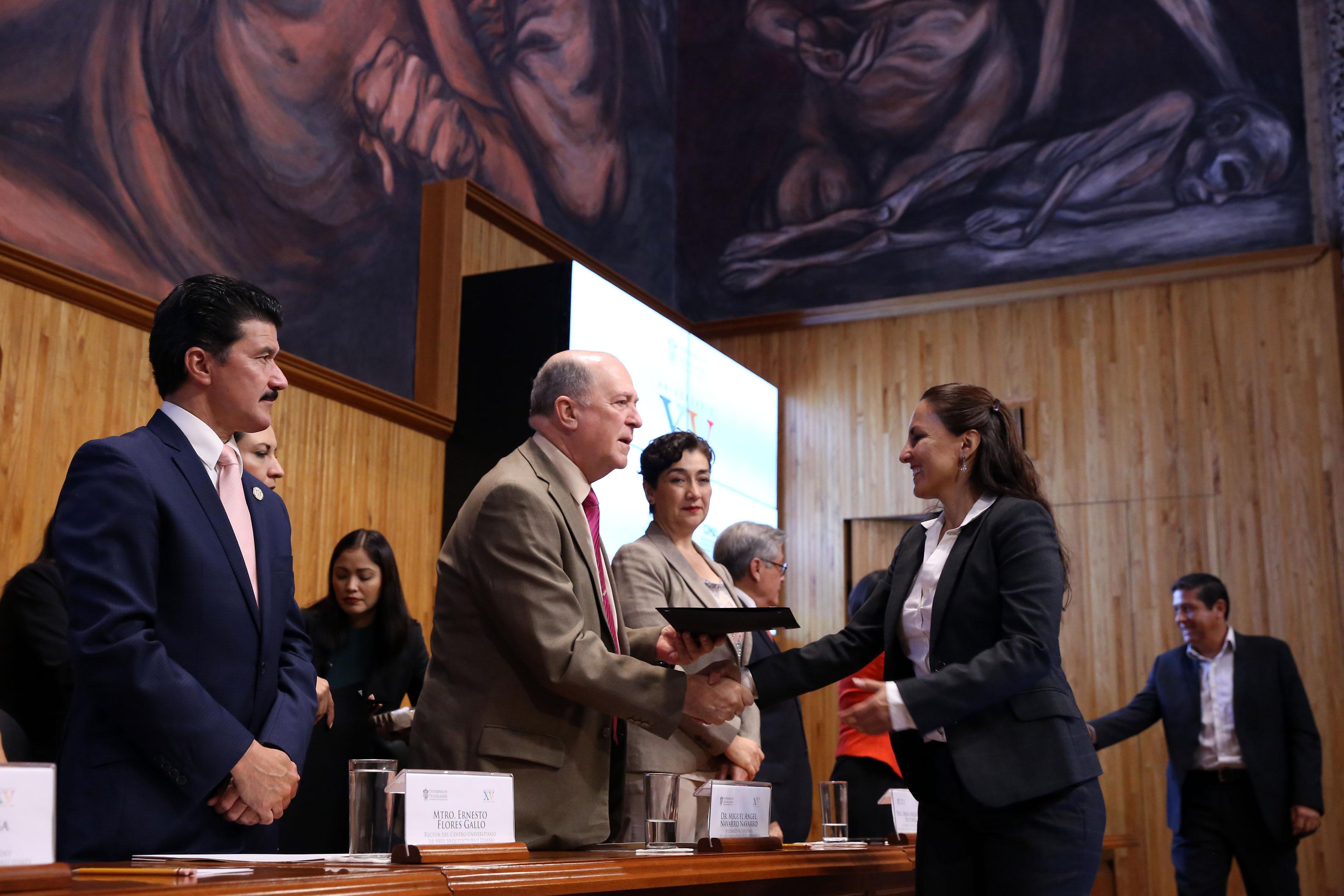 Vicerrector General de esta Casa de Estudio, doctor Miguel Ángel Navarro Navarro, haciendo entrega de reconocimiento