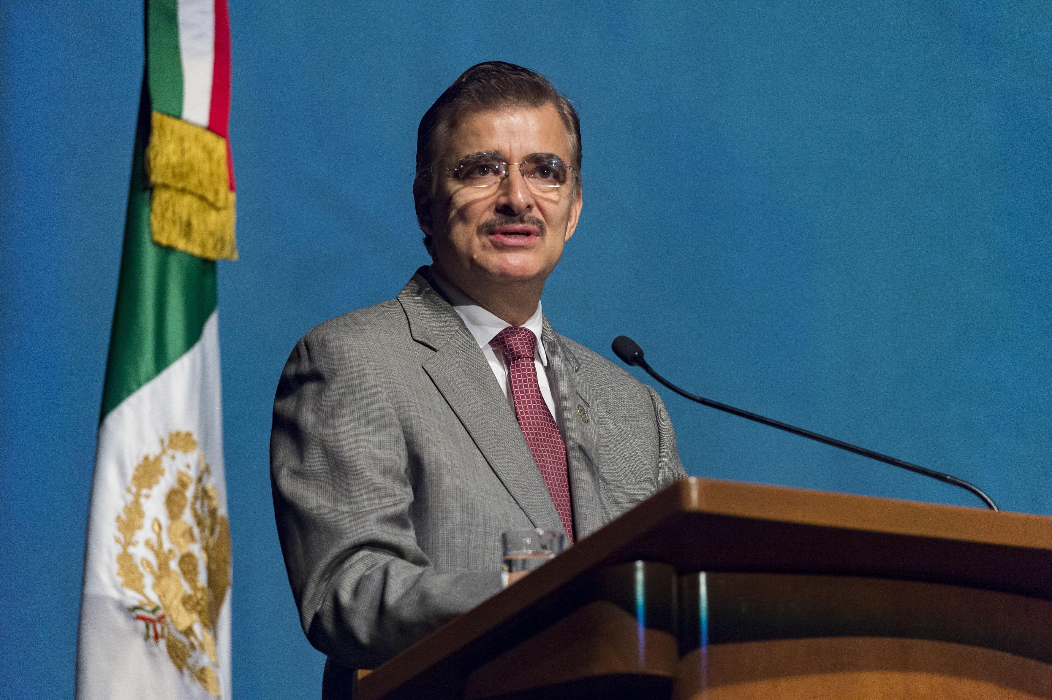 Rector General de la Universidad de Guadalajara, maestro Itzcóatl Tonatiuh Bravo Padilla, haciendo uso de la palabra, durante el acto inagural.