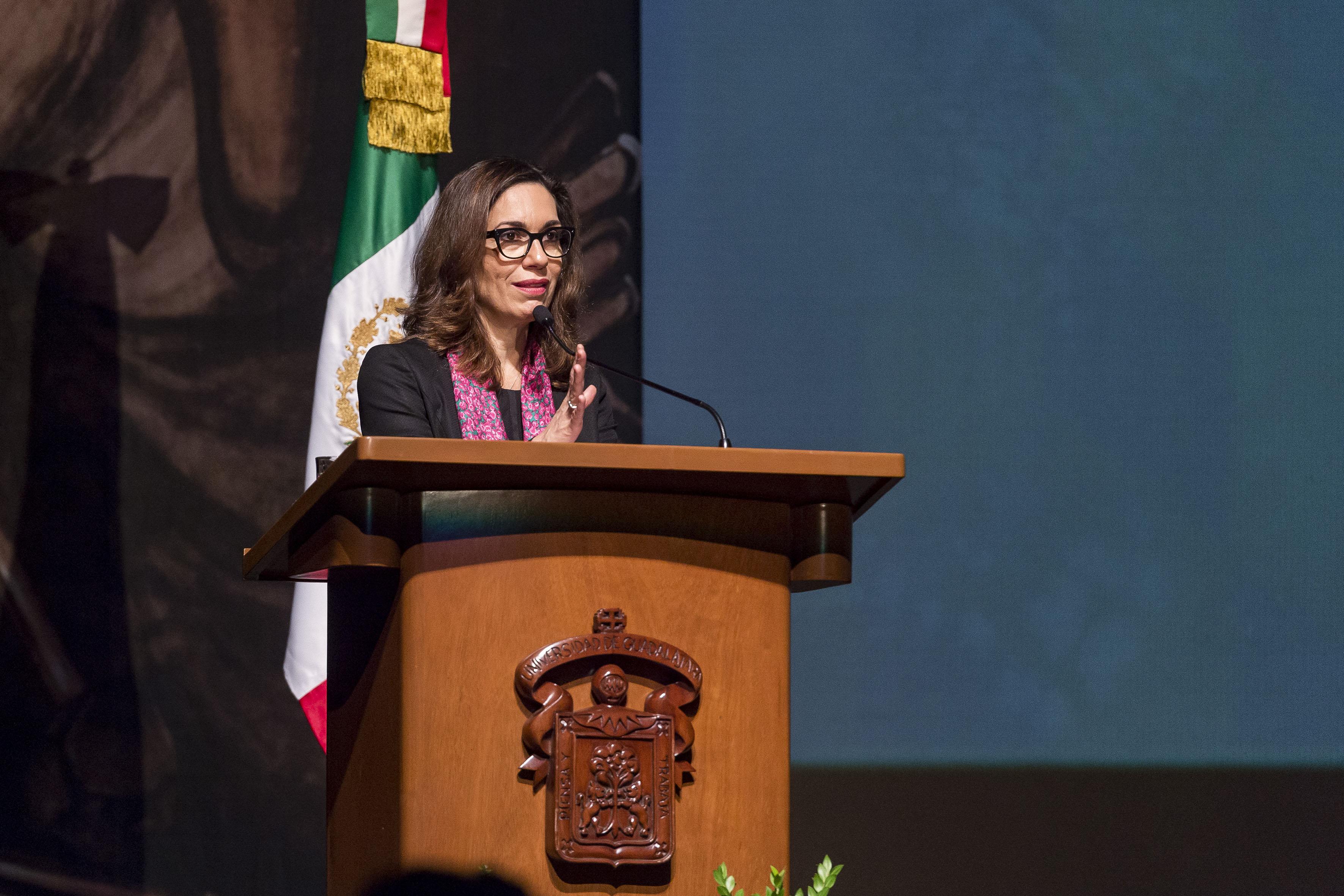 Doctora Irma Adriana Gómez Cavazos, Oficial Mayor de la Secretaría de Educación Pública, en podium del evento haciendo uso de la palabra.