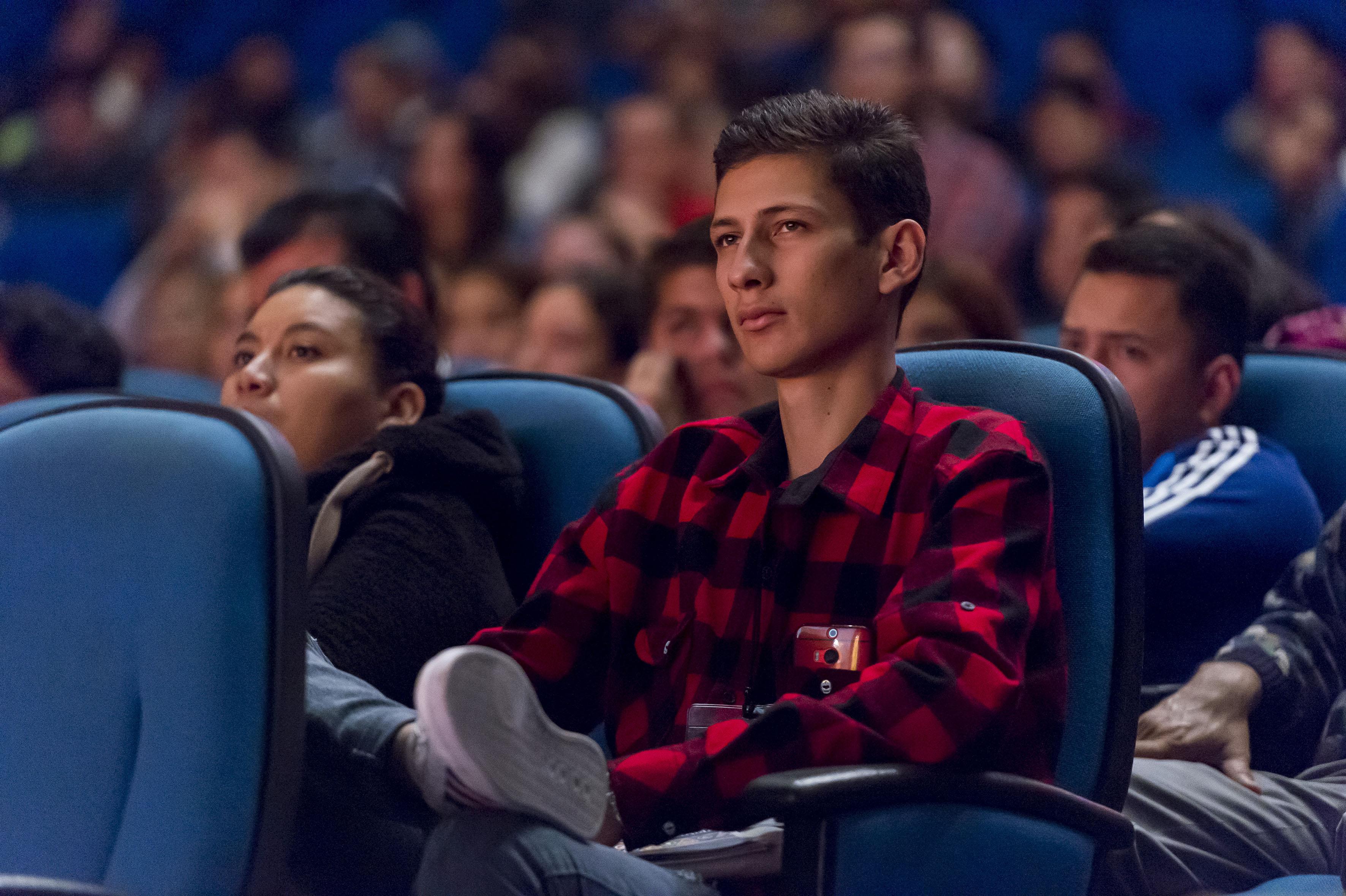 Vista panorámica de los jóvenes ingeniéros asistentes al evento en el Teatro Diana.