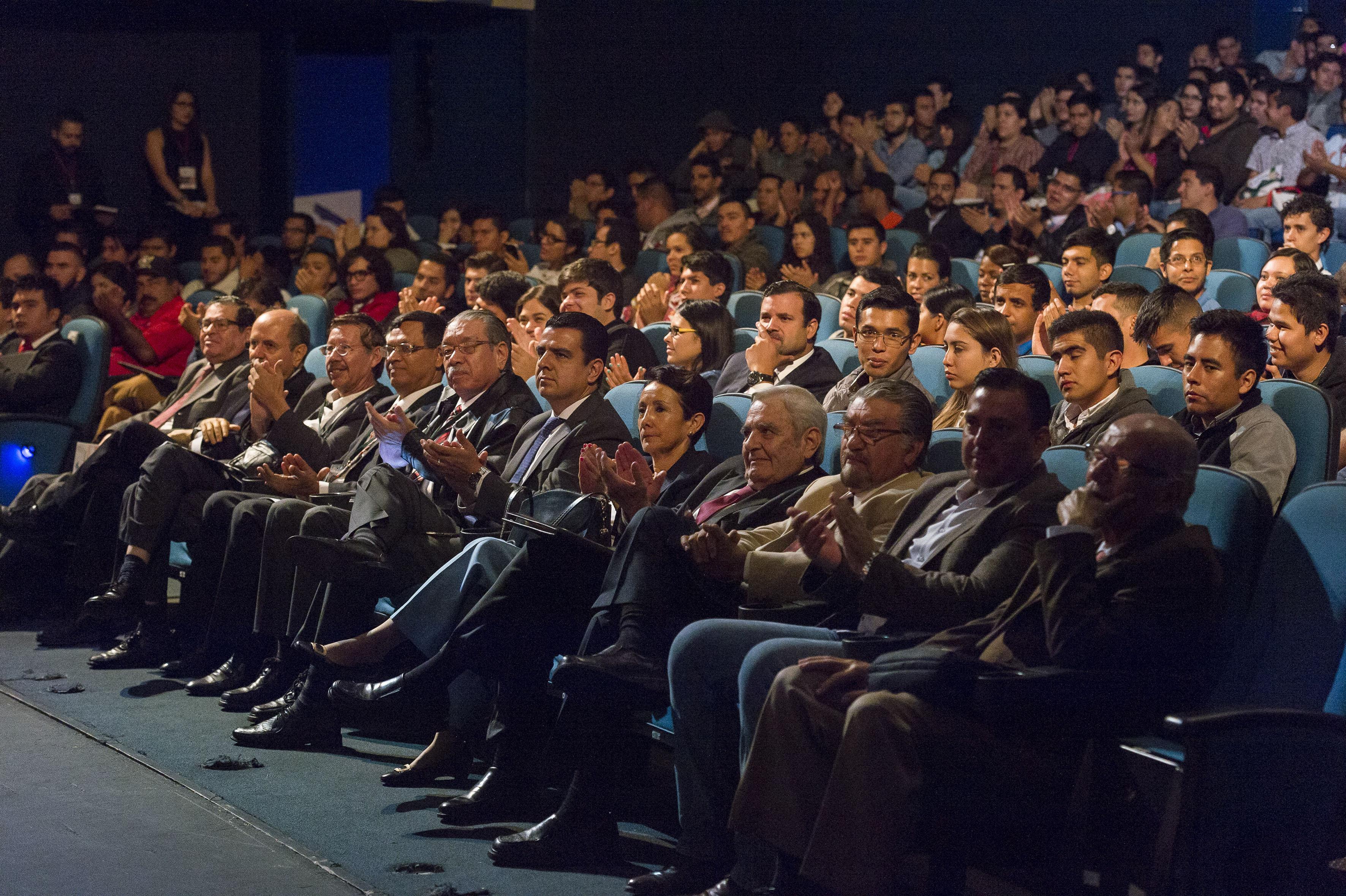 Vista panorámica de los especialistas, empresarios, académicos y estudiantes asistentes al evento en el Teatro Diana.