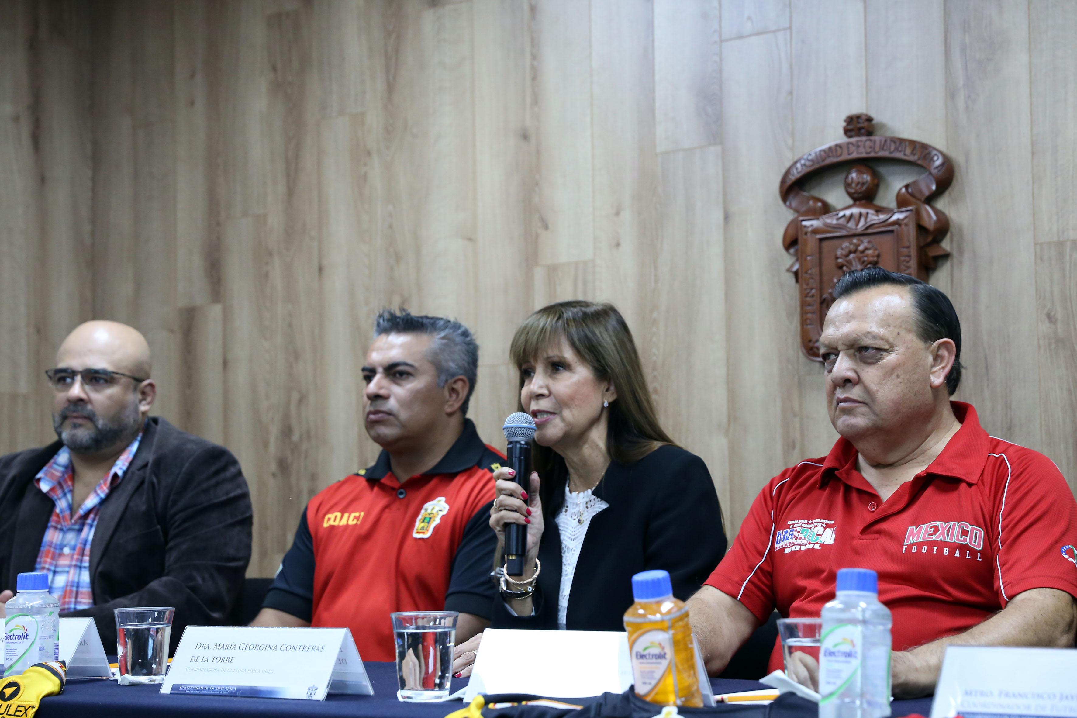 titular de la Coordinación de Cultura Física de la UdeG, doctora Georgina Contreras de la Torre, haciendo uso de la palabra en rueda de prensa